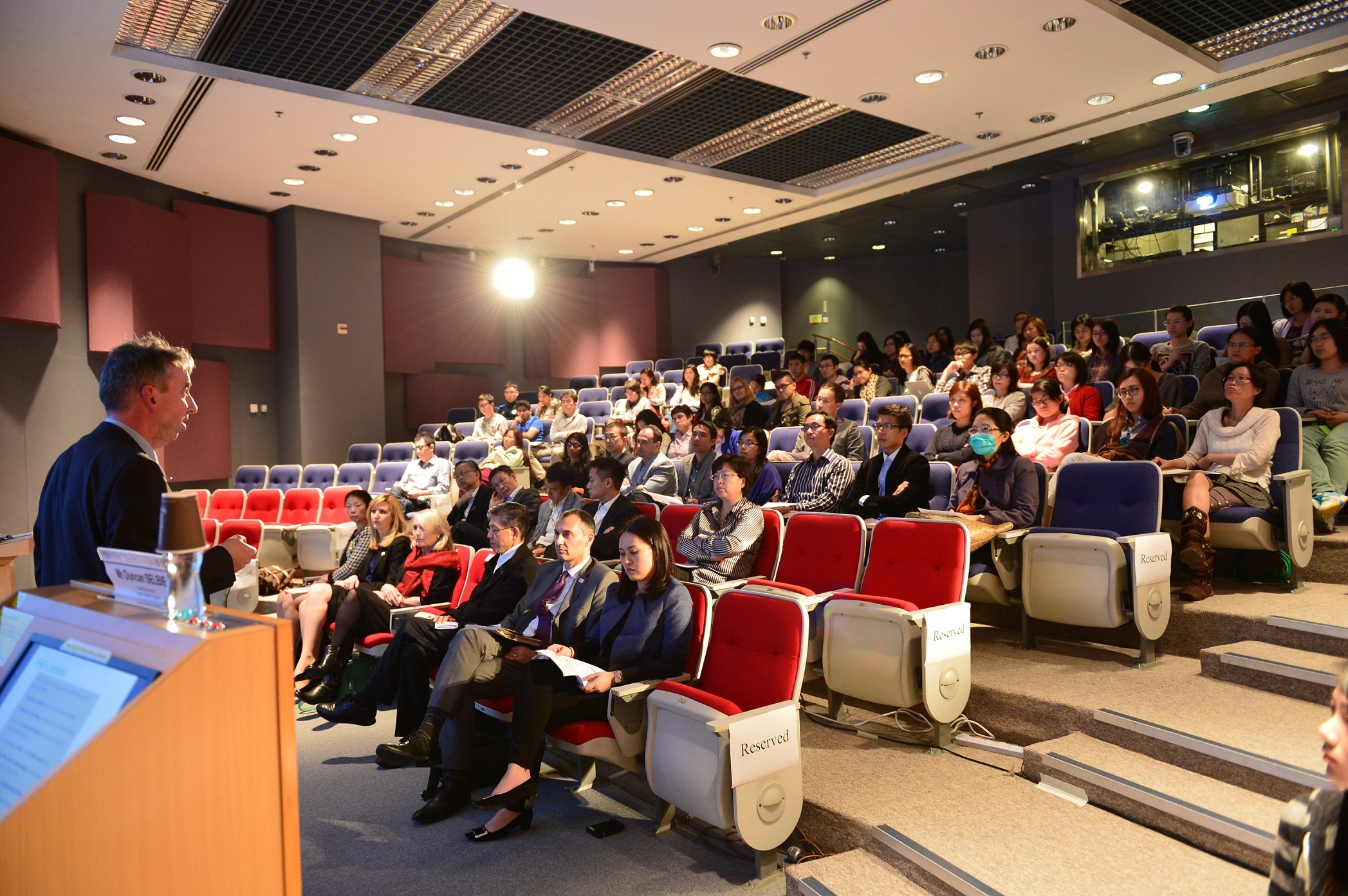 超过100名来自公共卫生领域的来宾参与是次讲座。