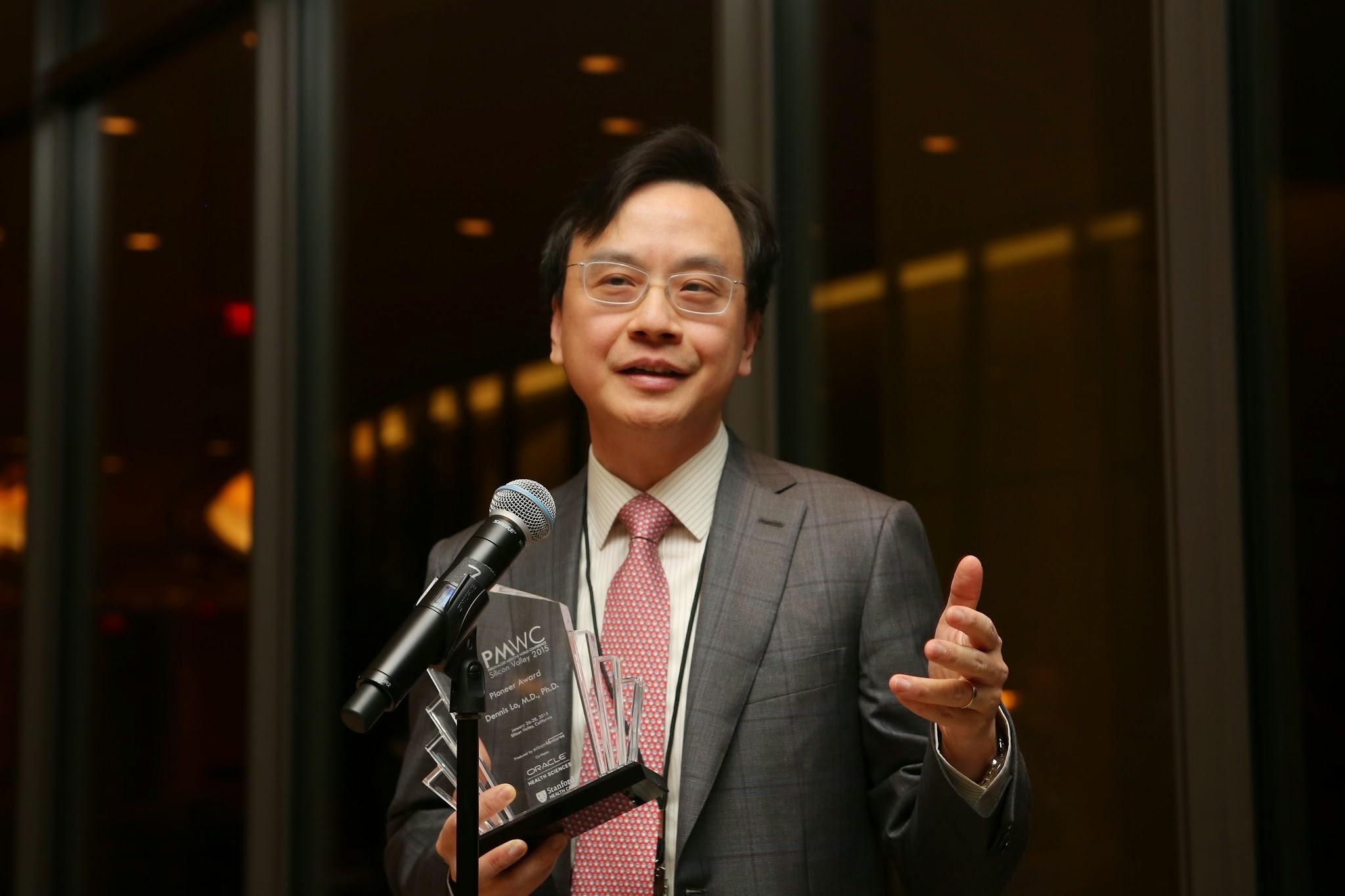 盧煜明教授在矽谷舉行的2015年度個人化醫學國際會議上獲頒先驅大獎,表揚他率先發現孕婦的血漿內存有高濃度的胎兒DNA,開啟無創性產前檢查之先河。