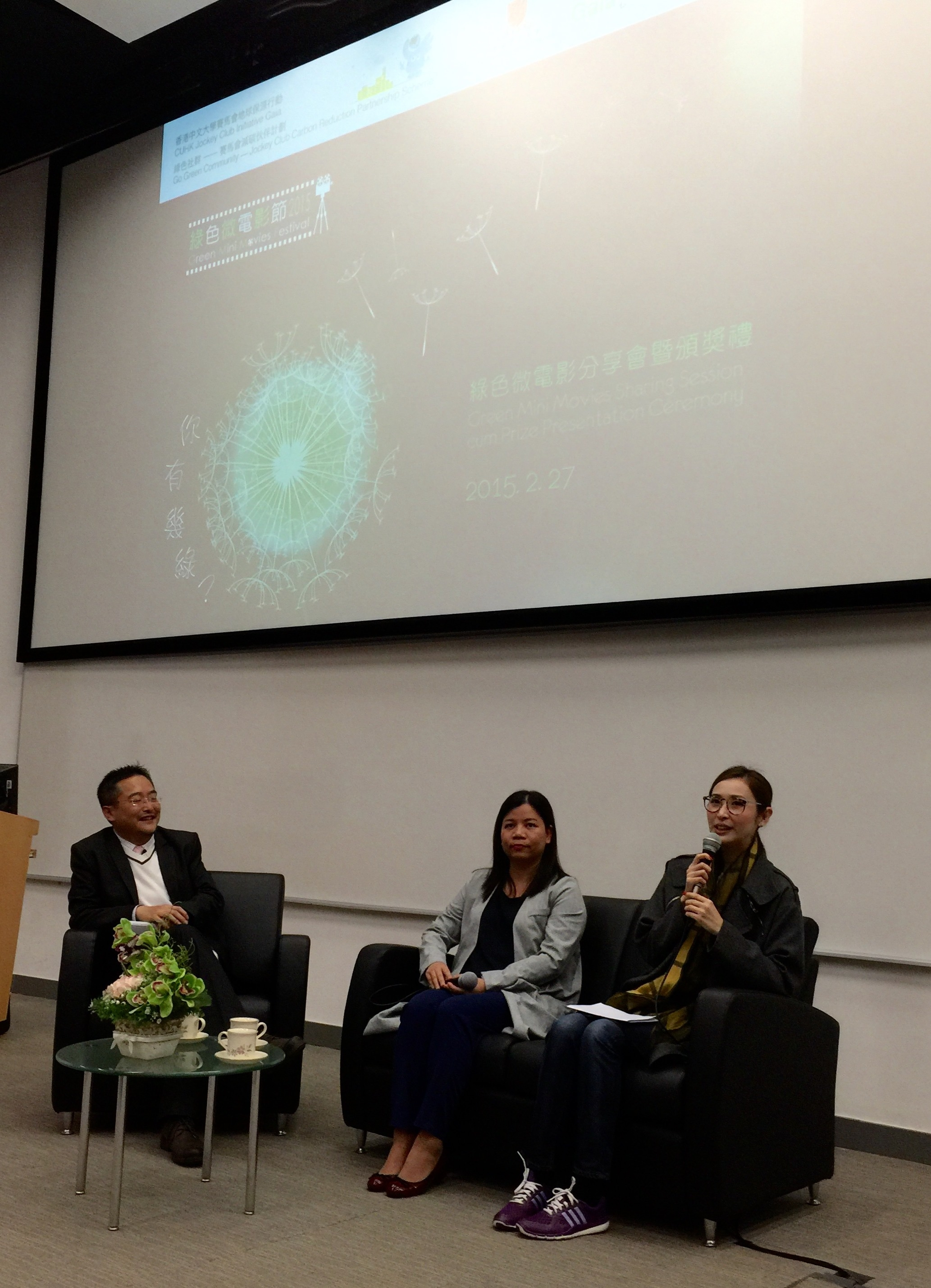 Ms Janis CHAN, Executive Director of Green Monday (right), and Ms Nicole WONG, Director of Corporate Affairs of the World Wide Fund For Nature Hong Kong (middle), offer advice to students.