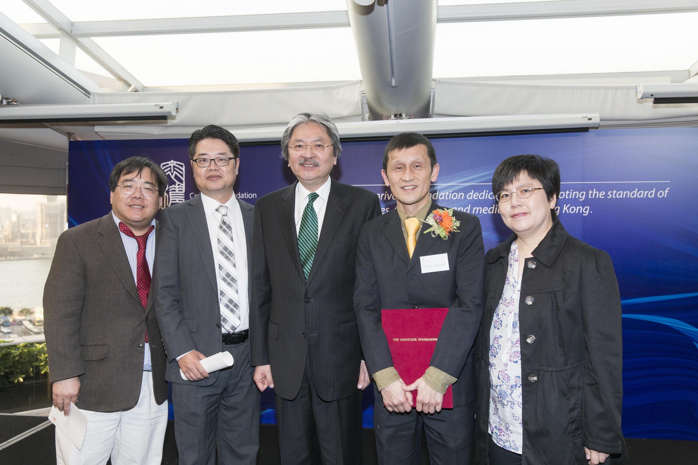 A group photo of Mr John Tsang Chun-wah and CUHK members.