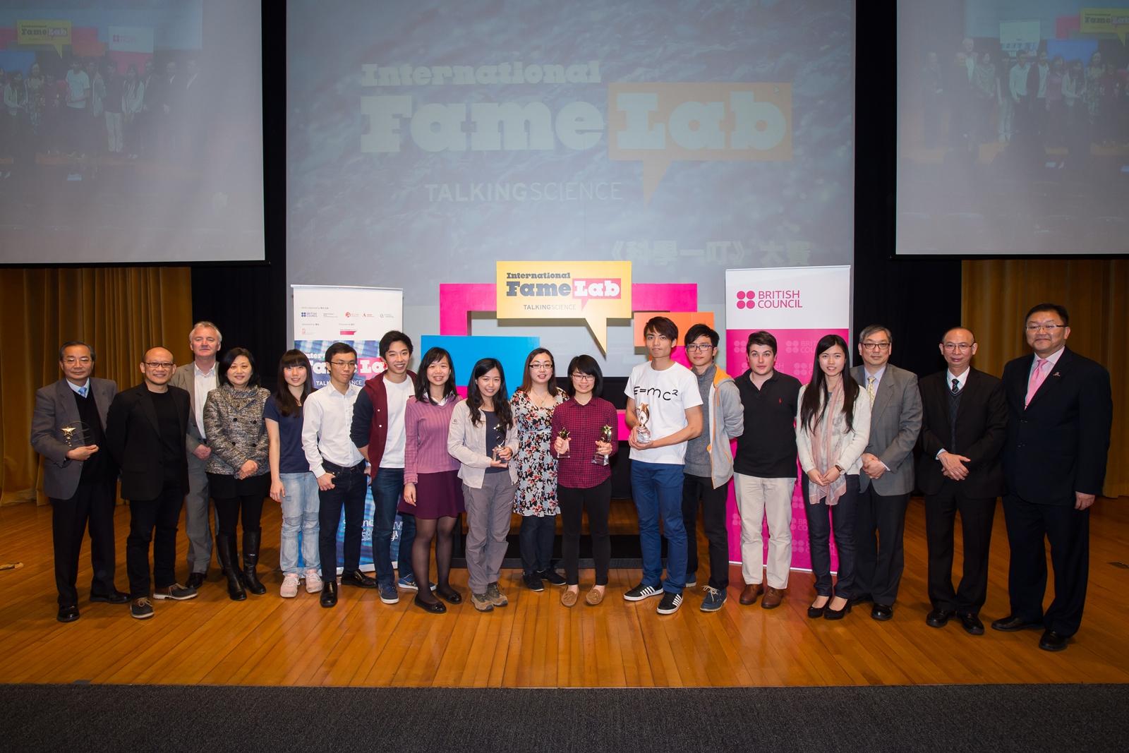 中大教授與學生攝於「科學一叮」香港區決賽2015。(照片由英國文化協會提供)