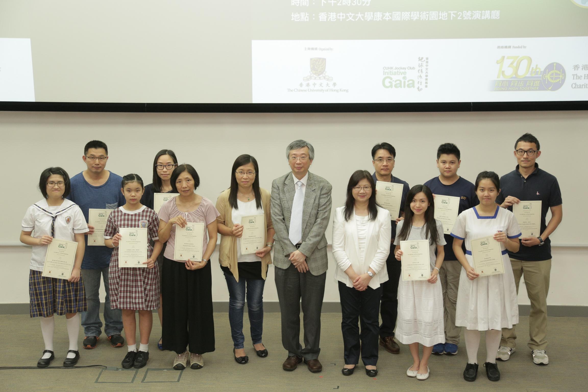 中大協理副校長馮通教授(前排右四)及香港賽馬會慈善事務高級經理陳載英女士(前排右三)頒發參加證書予「綠色社員」。