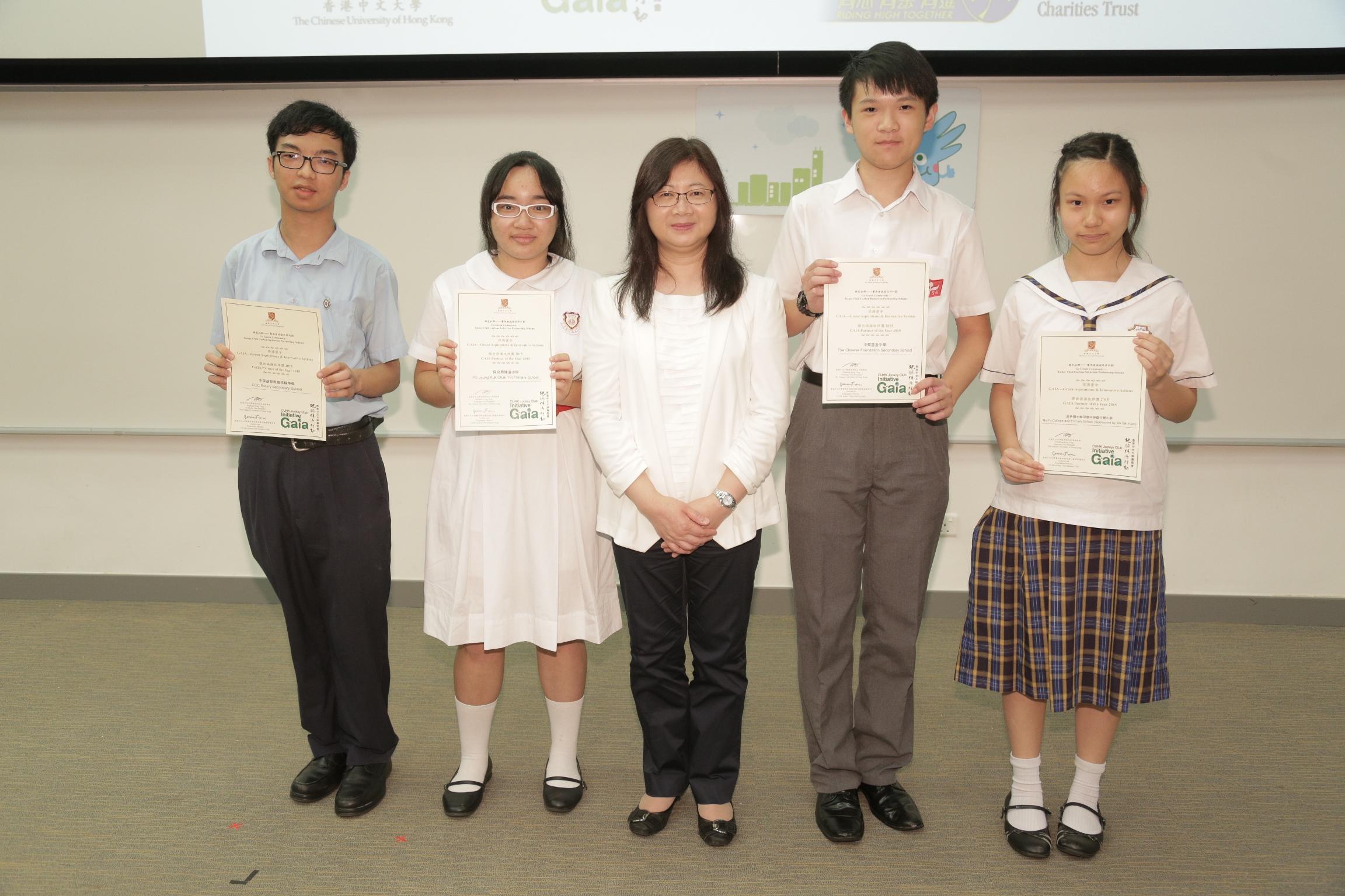 香港賽馬會慈善事務高級經理陳載英女士(中間)頒發證書予「傑出保源伙伴獎」得獎者。
