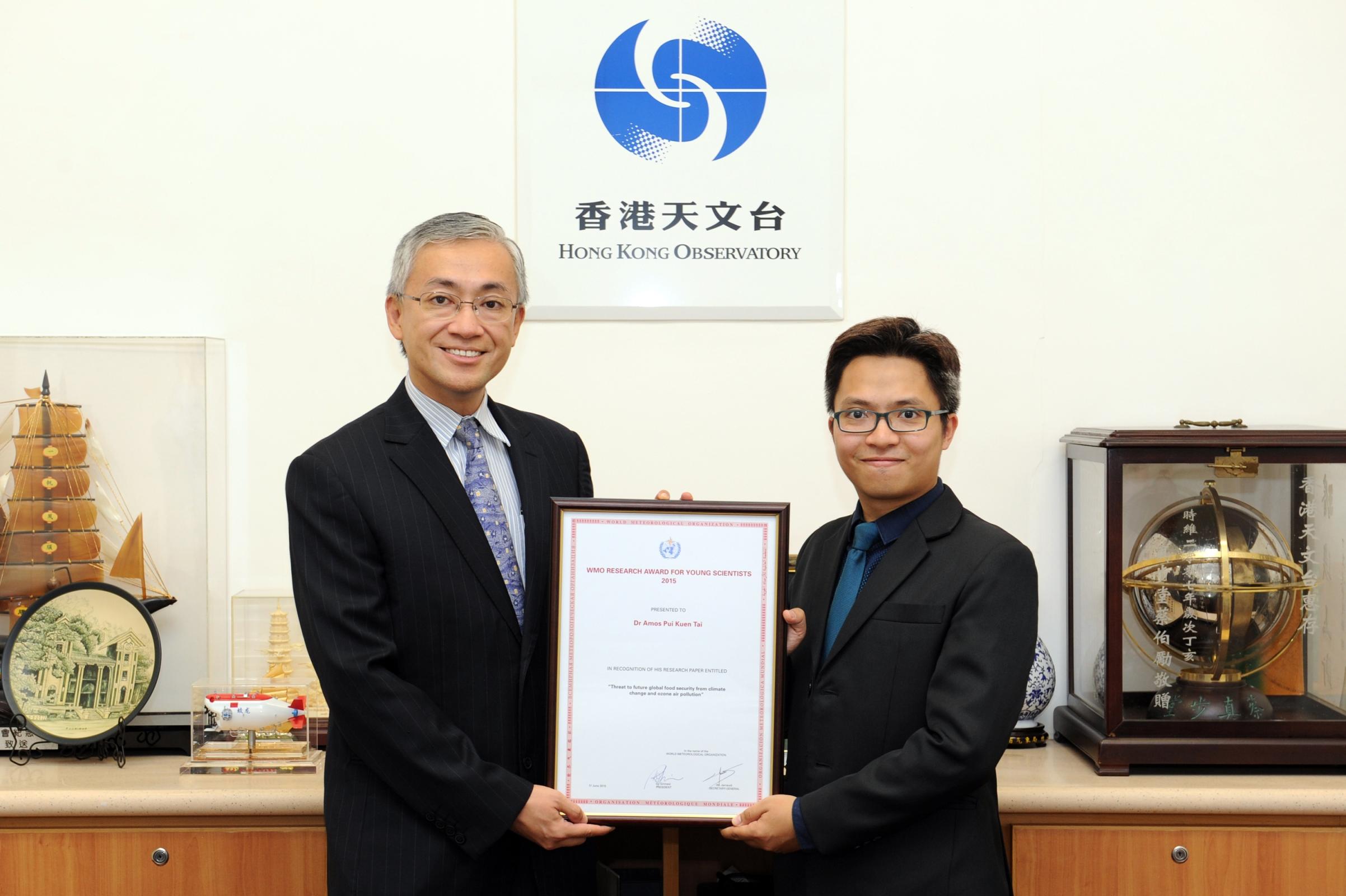 香港天文台台長及世界氣象組織中國香港常駐代表岑智明先生(左)頒發聯合國2015年度「世界氣象組織青年科學家研究獎」予中大地球系統科學課程助理教授戴沛權教授。