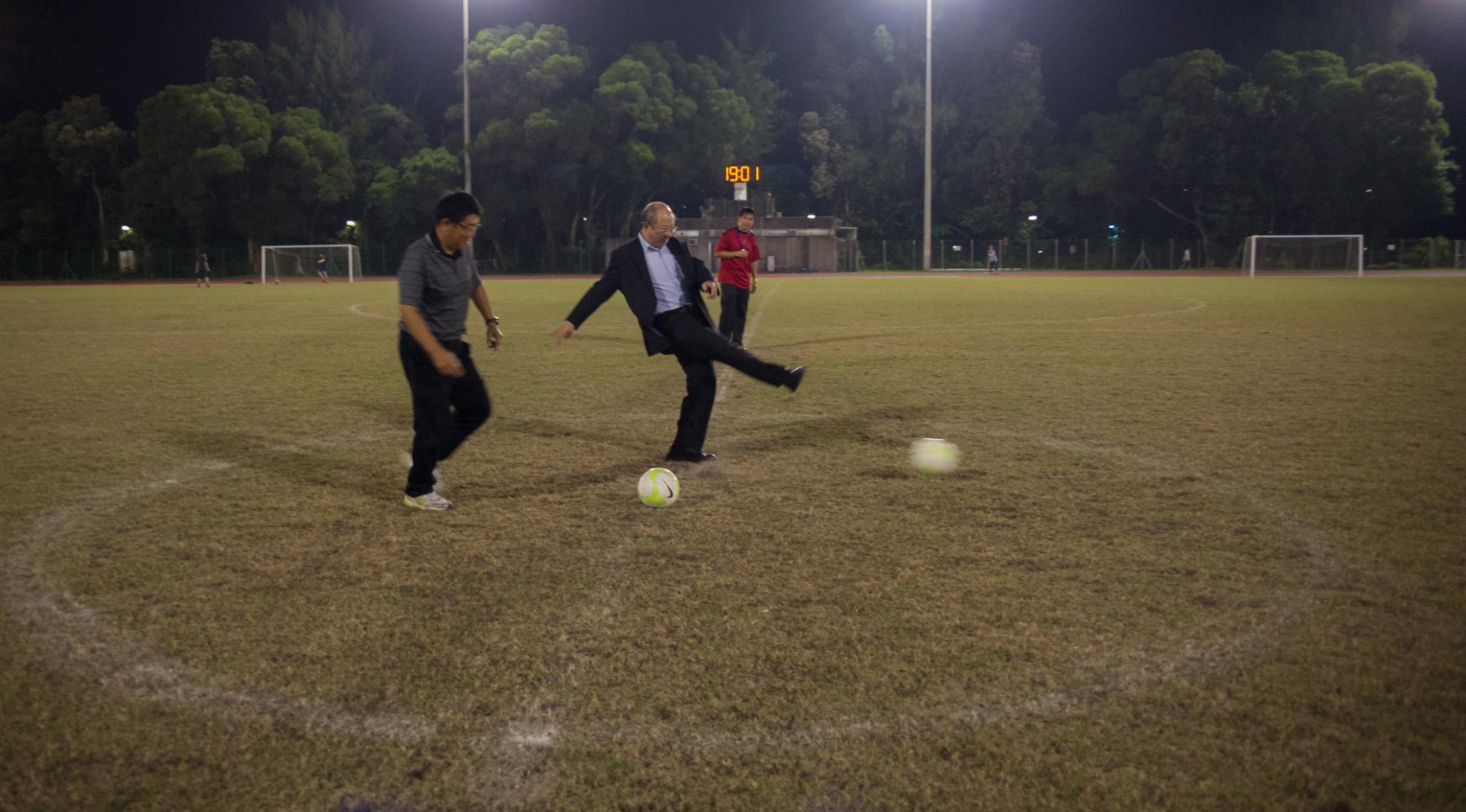 中大副校長許敬文教授及台大副團長康正男教授主持男子足球比賽的開球禮。
