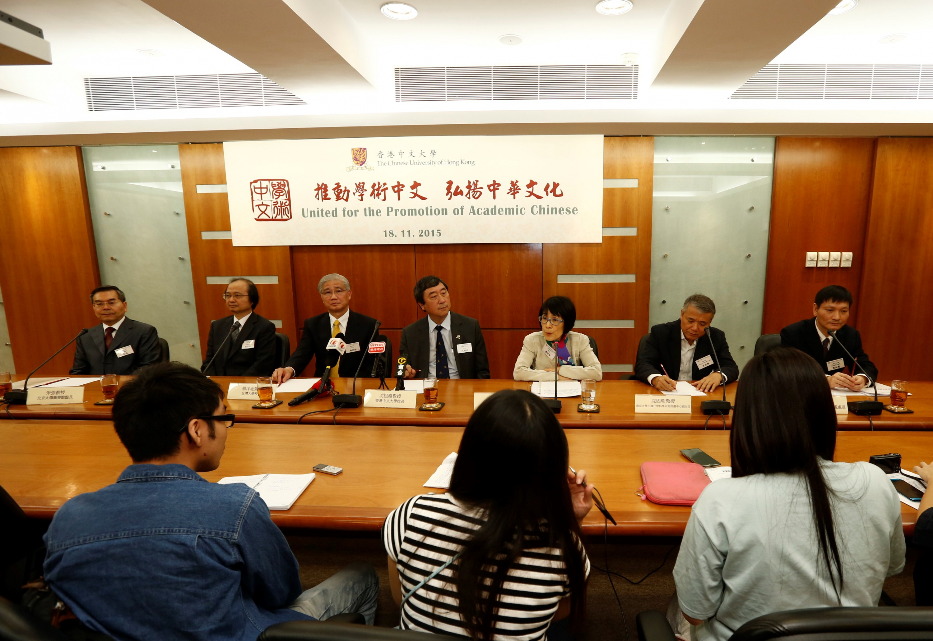 (From left) Prof. Zhu Qiang, University Librarian of PKU; Prof. Chen Jo-shui, Dean, College of Liberal Arts, NTU; Prof. Yang Pan-Chyr, President of NTU; Prof. Joseph J.Y. Sung, Vice-Chancellor of CUHK; Prof. Fanny M.C. Cheung, Pro-Vice-Chancellor of CUHK; Prof. Shen Gu-chao, Deputy Director, Center for Chinese Social Sciences Research and Assessment, NJU; and Prof. Ye Bi-feng, The Chief of Division for Development of Liberal Arts, SJTU, receive questions from the media.