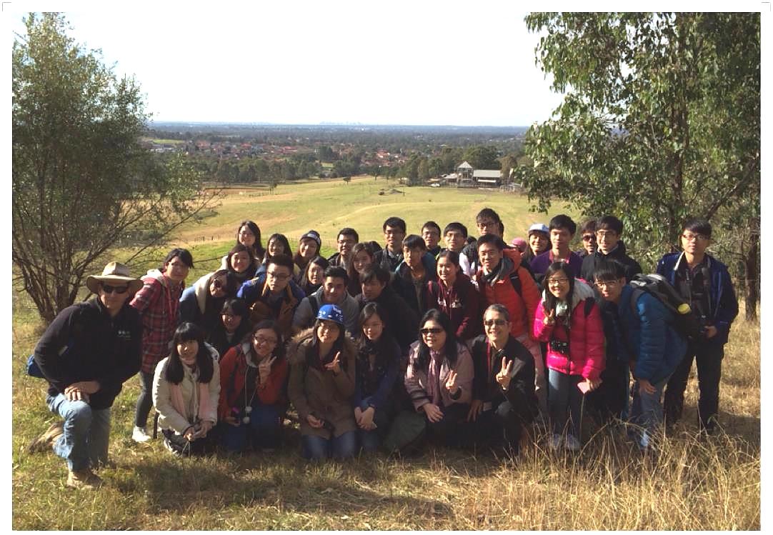 戴漪晨(左二)参与联合书院迈向地球村计划,到澳洲悉尼大学修读暑期课程。