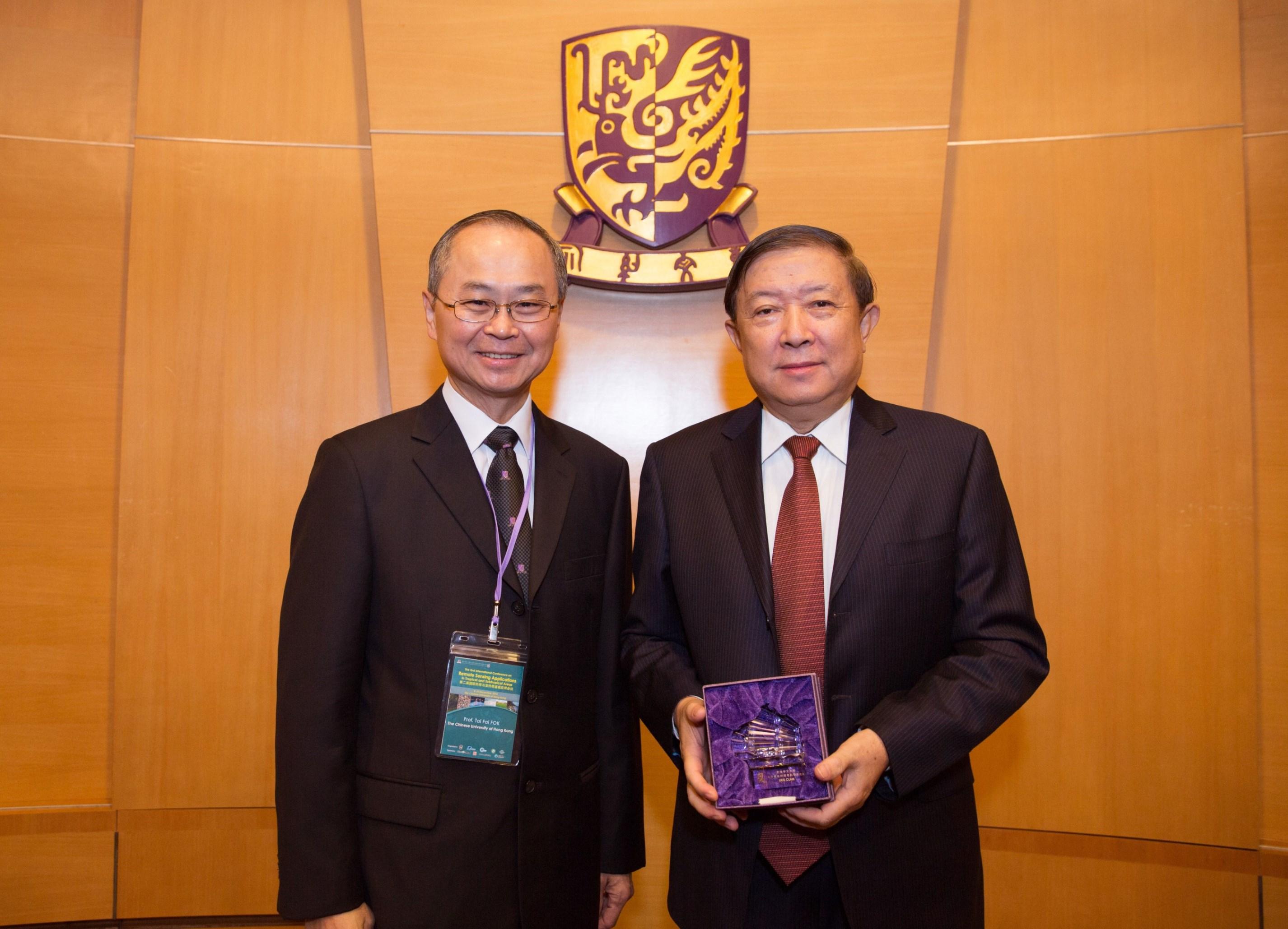 Prof. Tai-fai Fok, CUHK Pro-Vice-Chancellor (left) presents a souvenir to Academician Guanhua Xu.