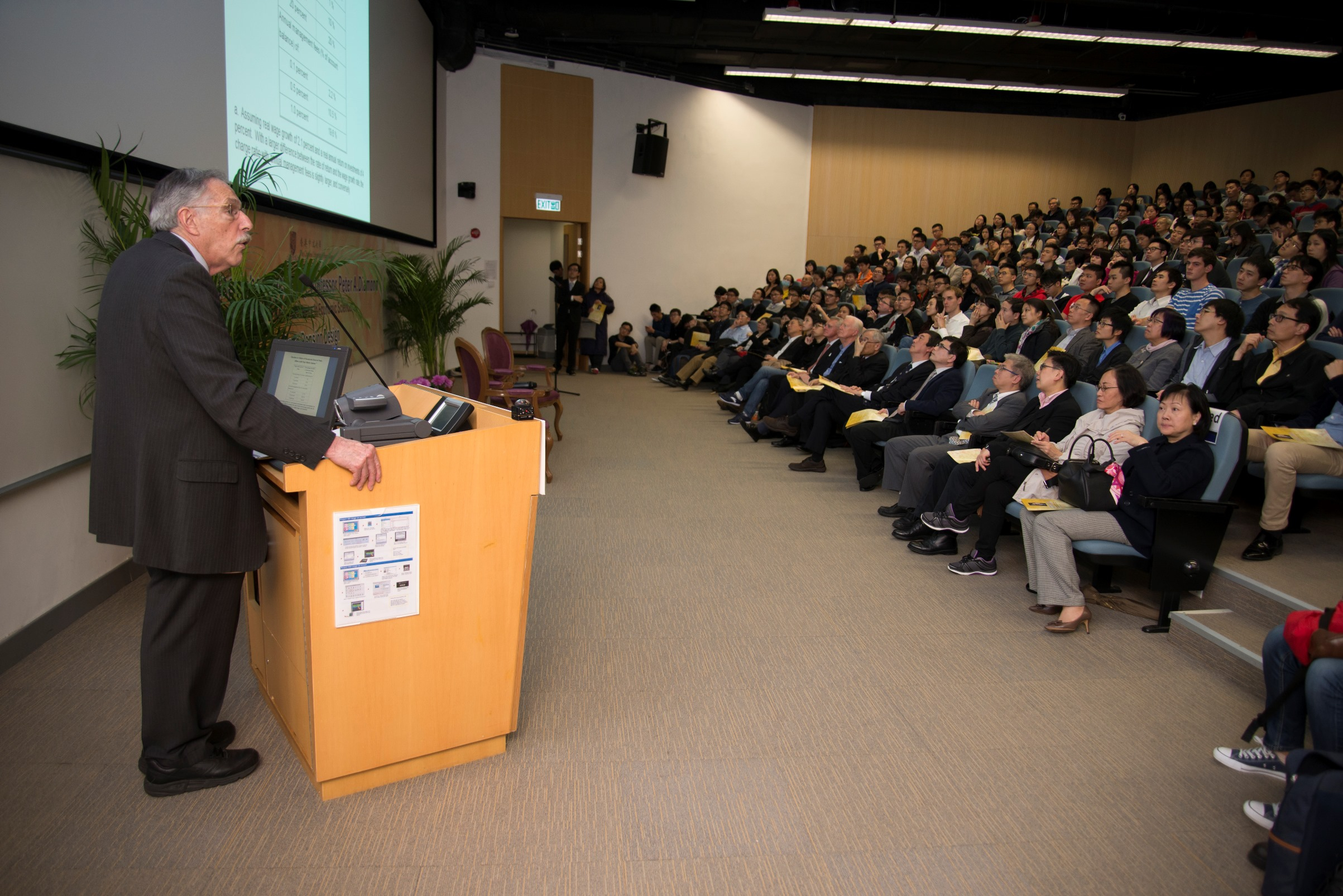 講座反應熱烈,吸引三百名觀眾出席。