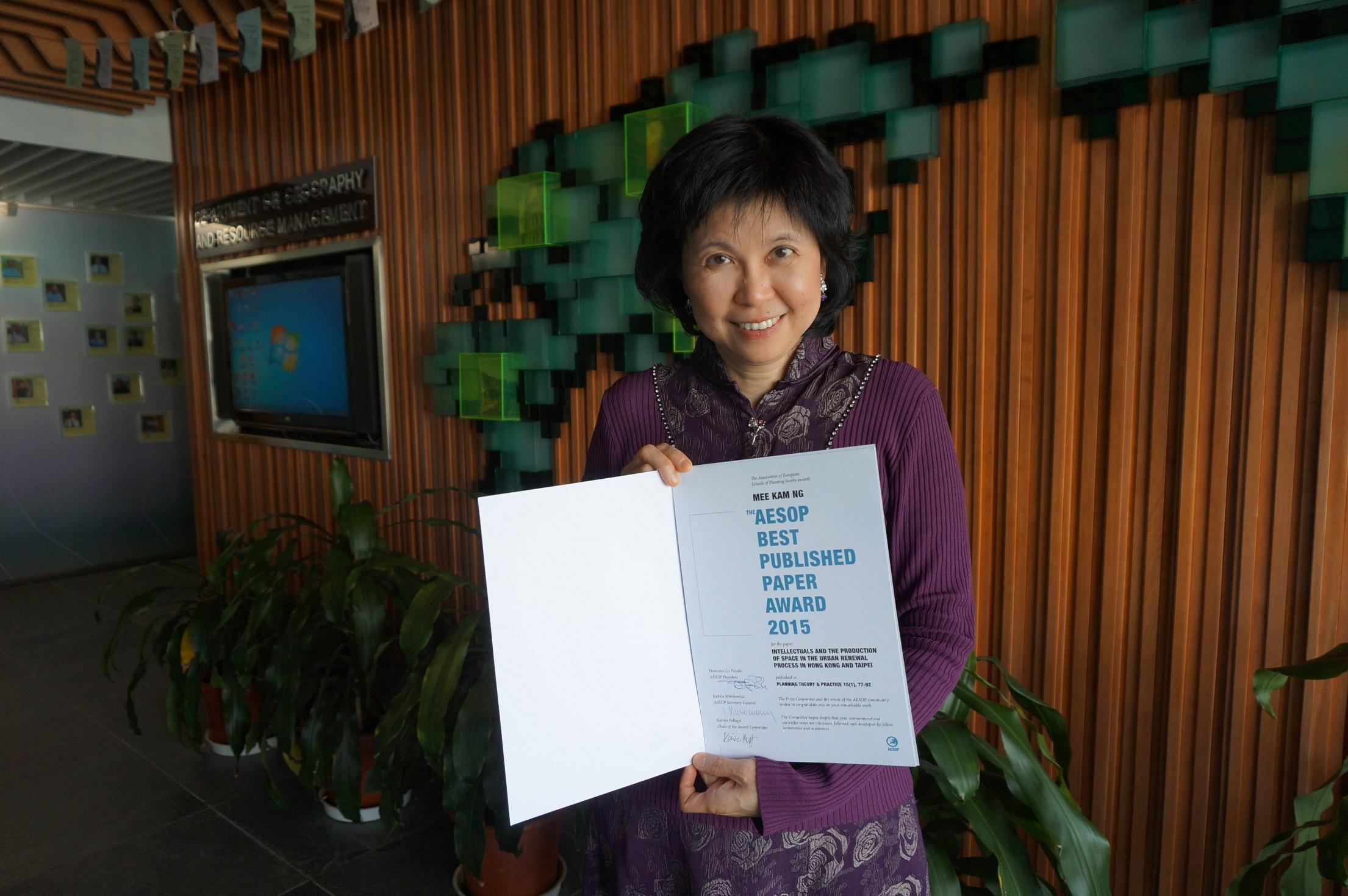 伍美琴教授憑論文《從香港到台北,探究知識份子在空間使用及市區重建的角色》獲得歐洲規劃院校聯合會(AESOP)的「2015年最佳論文獎」。