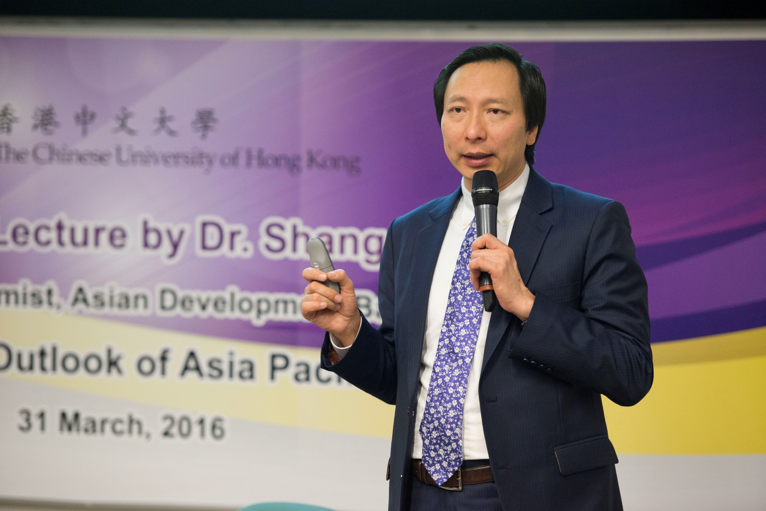 Dr. Shang-Jin Wei, Chief Economist of ADB, delivers a lecture at CUHK.