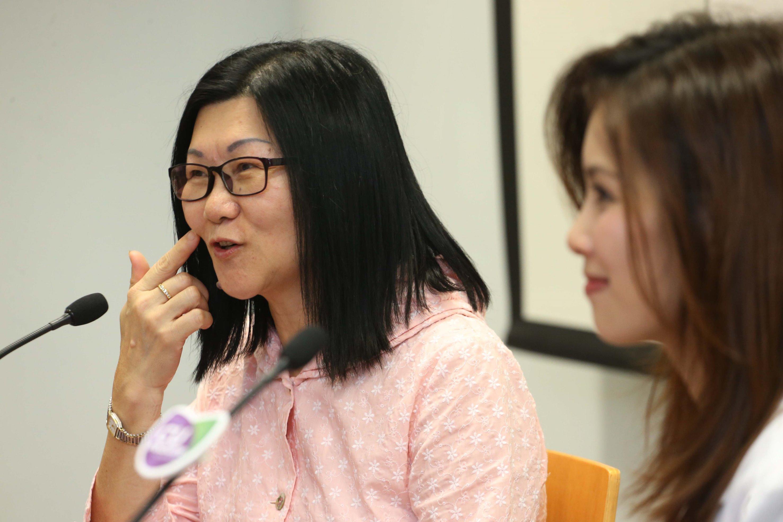 陳女士(左)表示,病發當日兒子發現她兩邊面不對稱,到醫院進行檢查後證實她罹患「小中風」。