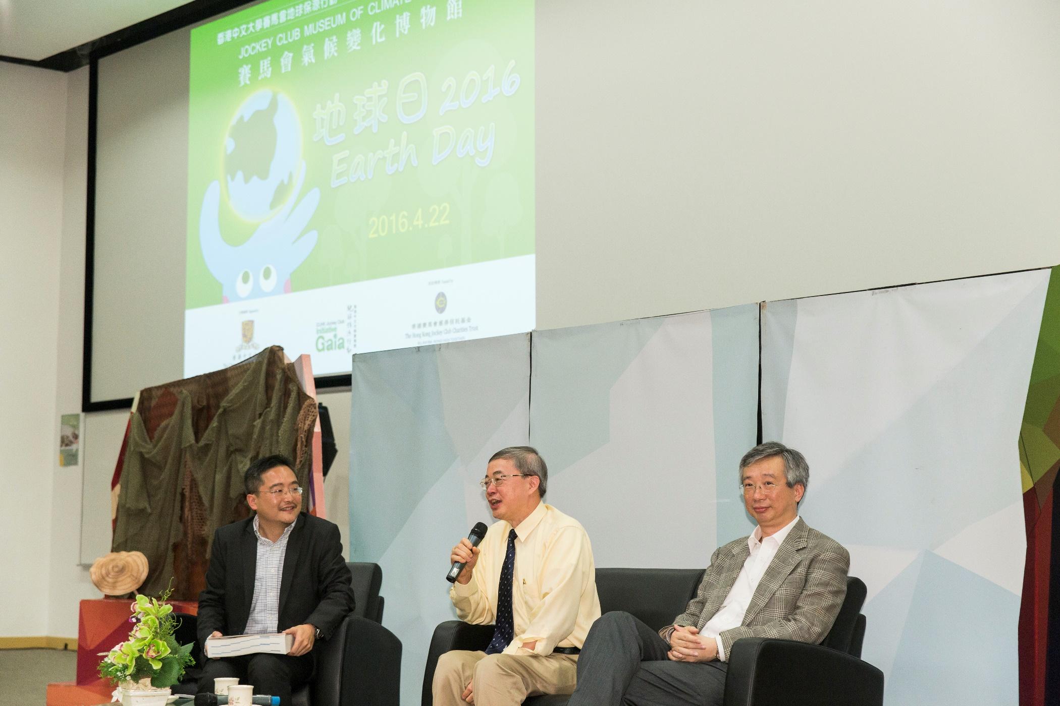 (右起)中大协理副校长冯通教授、环境、能源及可持续发展研究所所长刘雅章教授,以及地球保源行动顾问彭奕彰博士与学生交流。