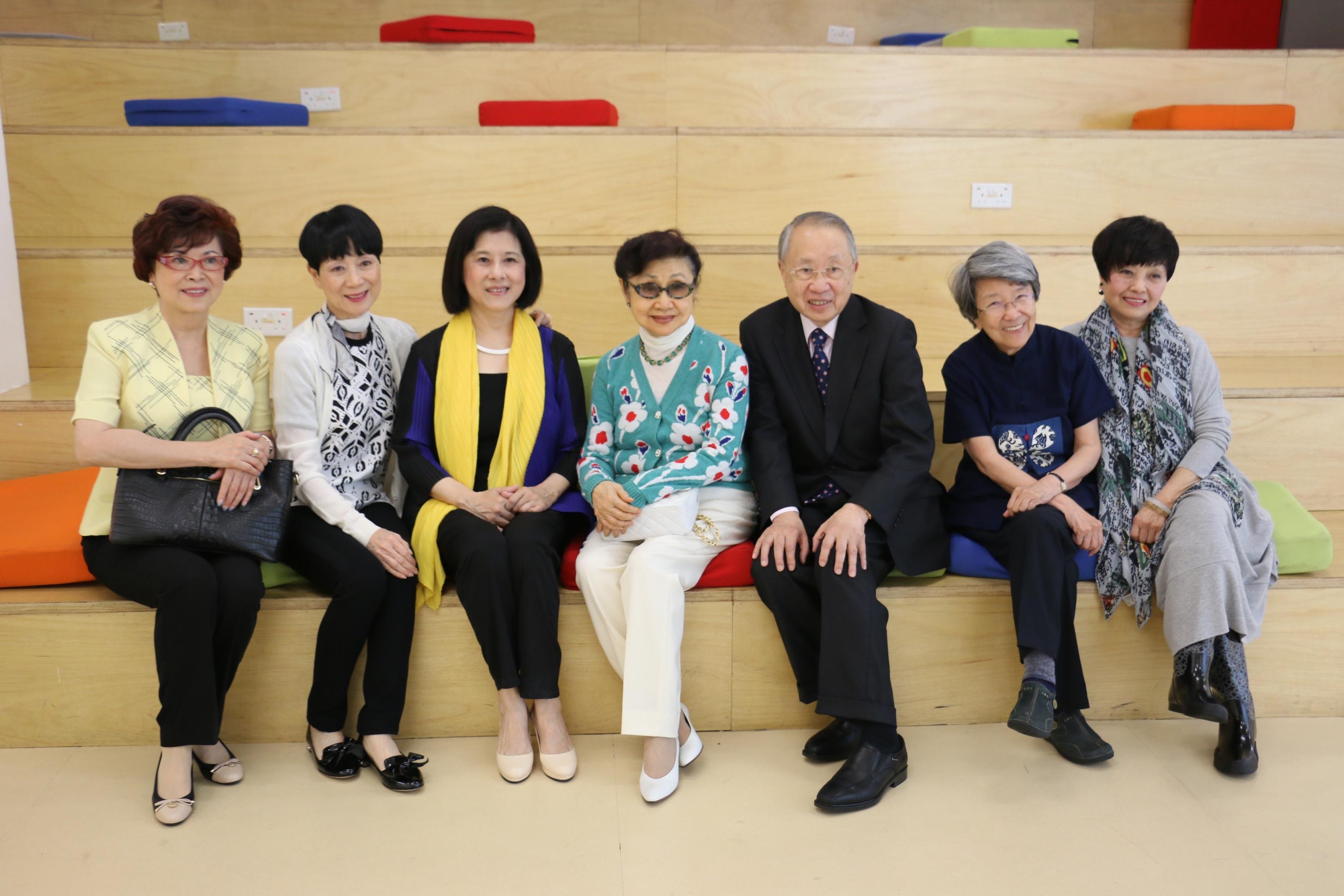 (左起)黃德貽女士、陳寶珠女士、張敏儀女士、白雪仙博士、陳培偉醫生、盧瑋鑾教授、梅雪詩女士攝於進學園