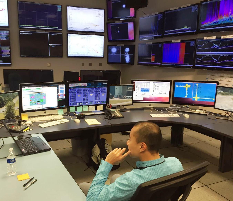 黎冠峰教授攝於位於路易斯安那州列文斯頓的LIGO探測站內控制室。