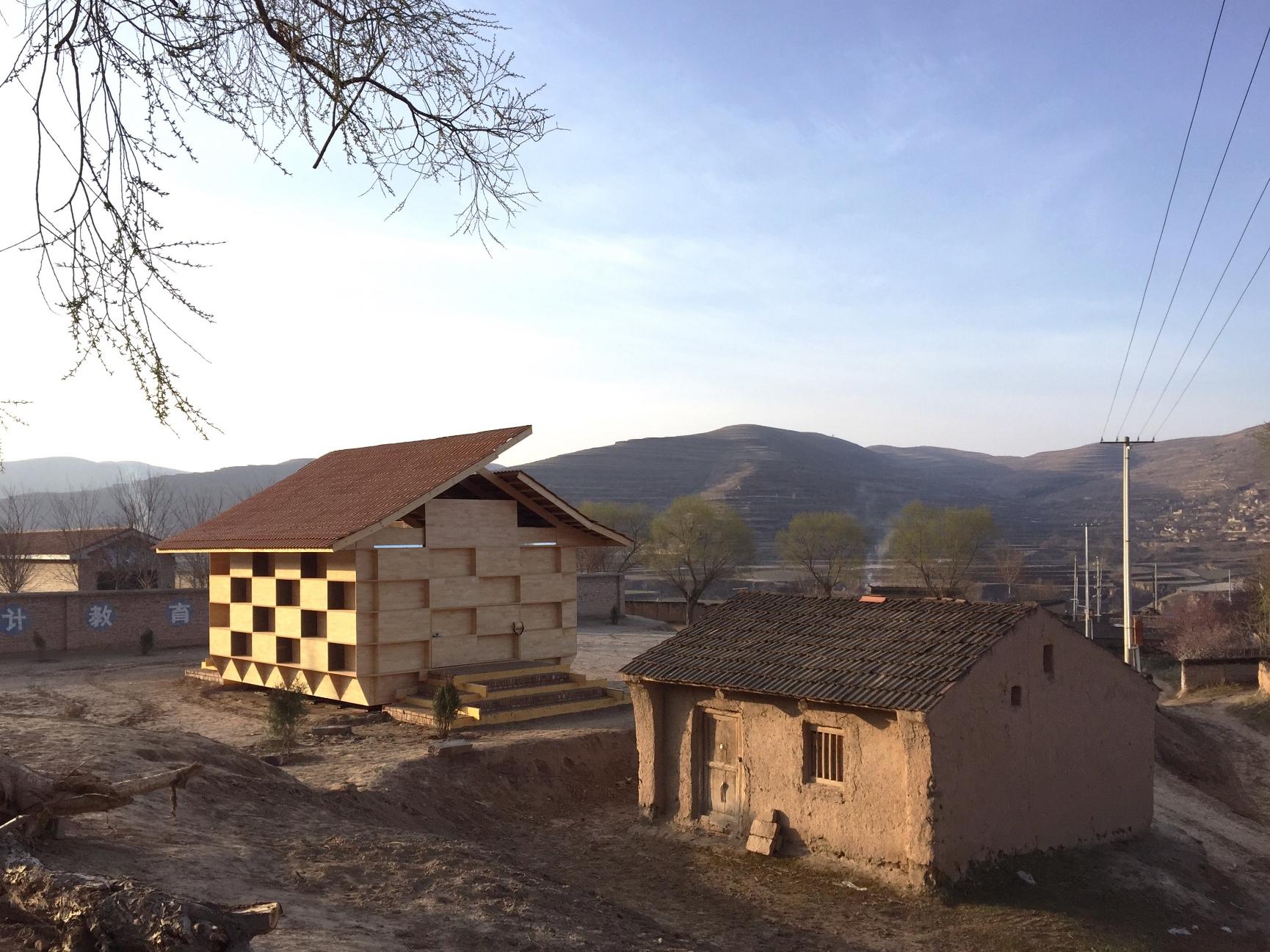 「斗室」的原型是建于中国甘肃省偏远农村的幼儿园项目「童趣园」。