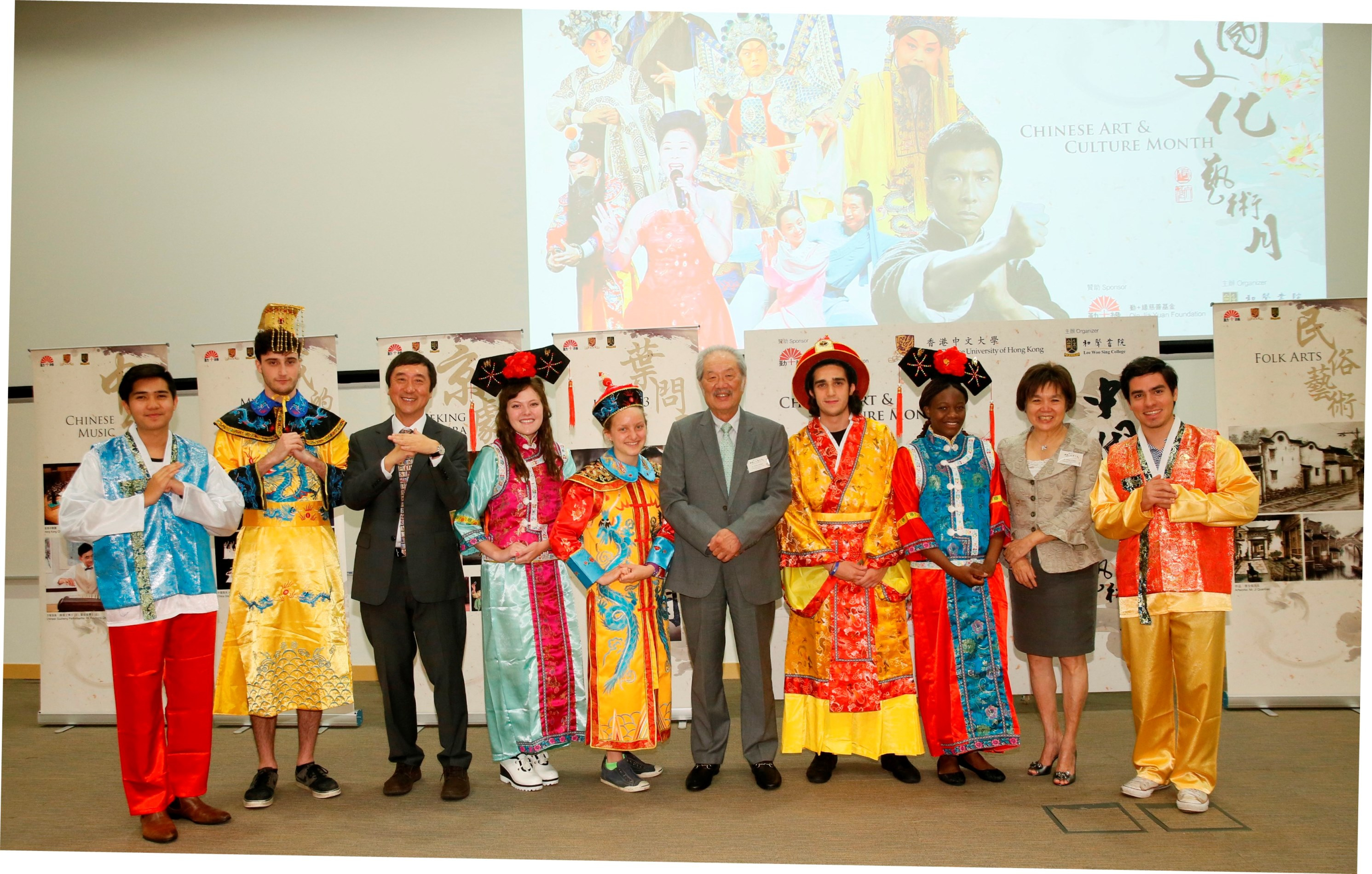 黃宜弘博士(右五)、梁鳳儀博士(右二)及沈祖堯校長(左三)與穿上中國傳統服飾的國際暑期課程學生合照