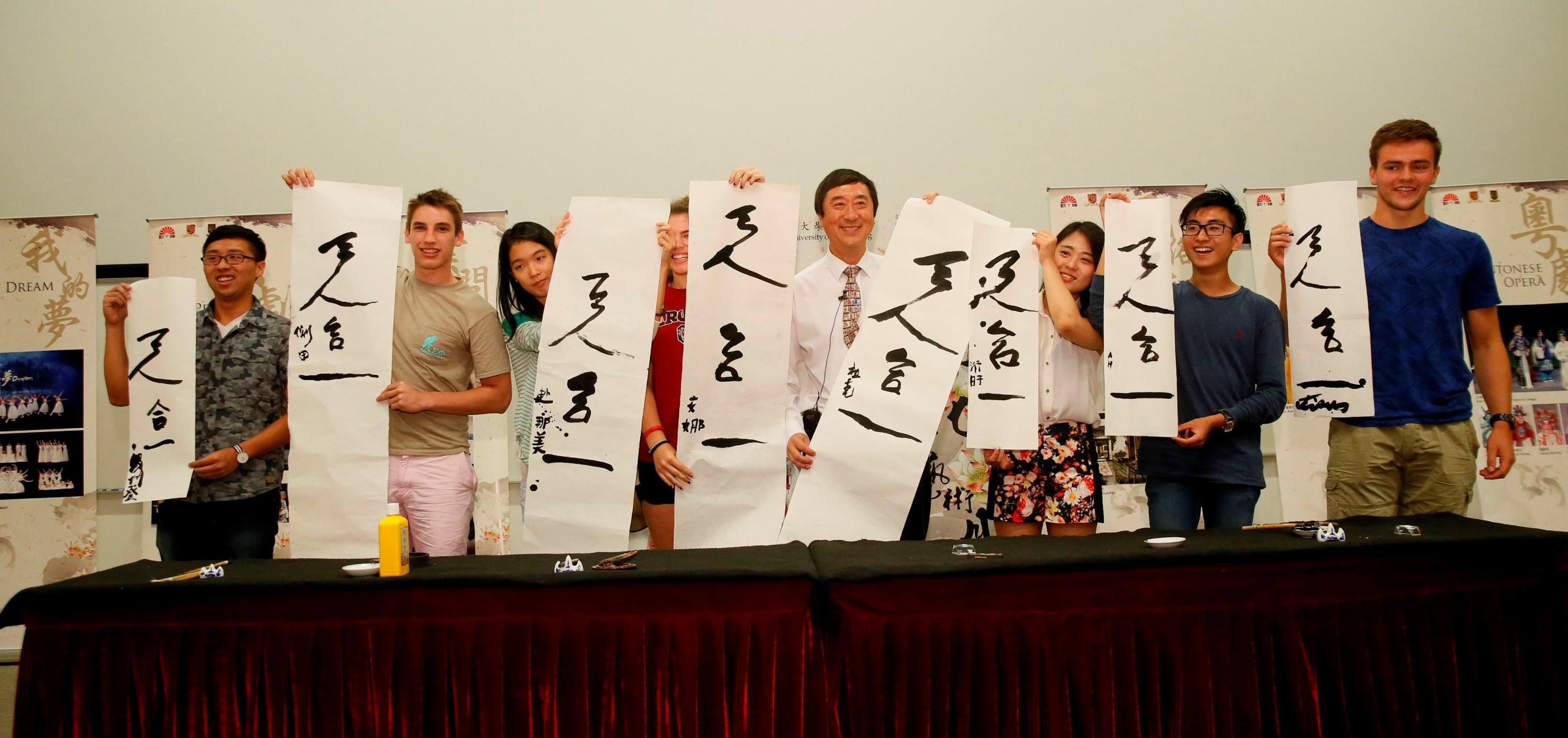 沈校長即場示範及教導學生寫中國書法