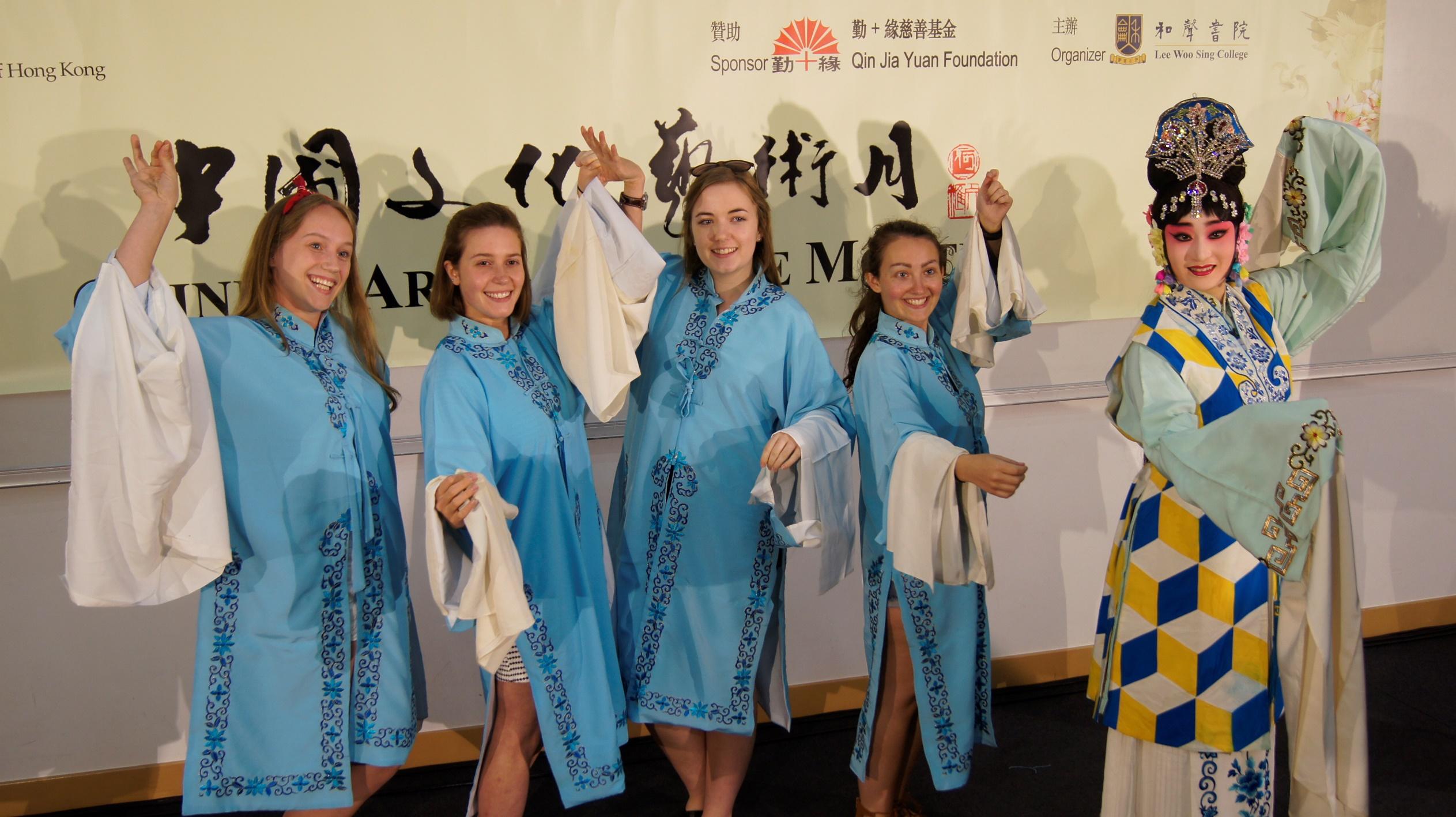 海外学生尝试京剧造手
