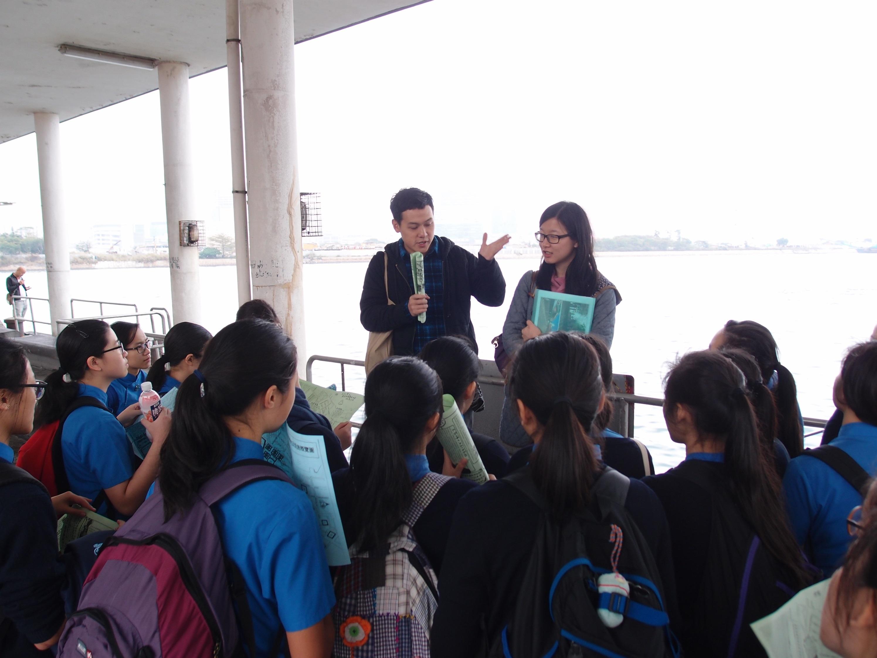 土瓜灣故事館(土家)舉辦的社區導賞,向參與「妙想氈開」計劃的中學生講述土瓜灣的市區重建現況。