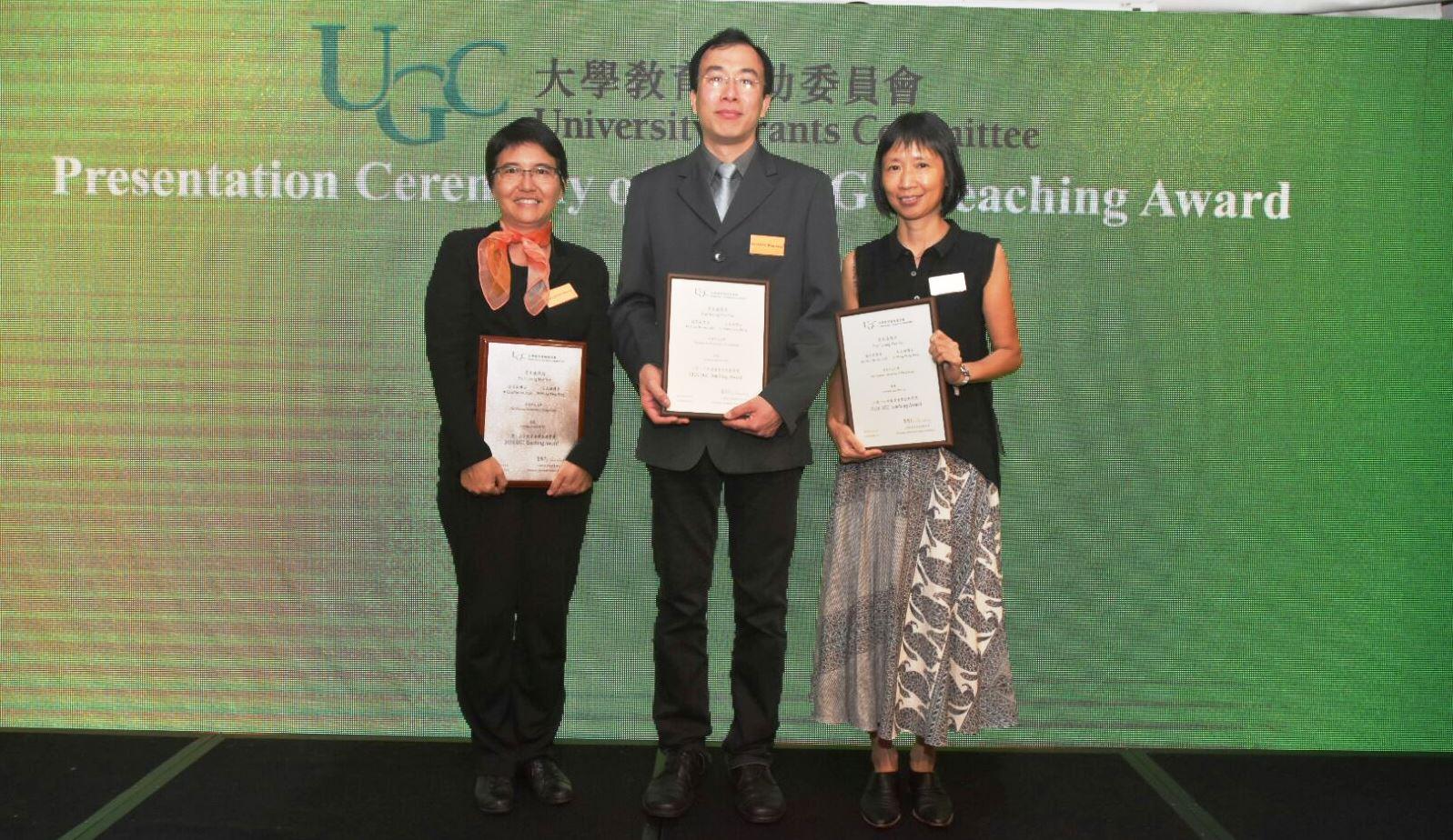 (左起)中大通識教育課程團隊代表梁美儀教授、王永雄博士及趙茱莉博士獲頒授2016年教資會傑出教學獎。