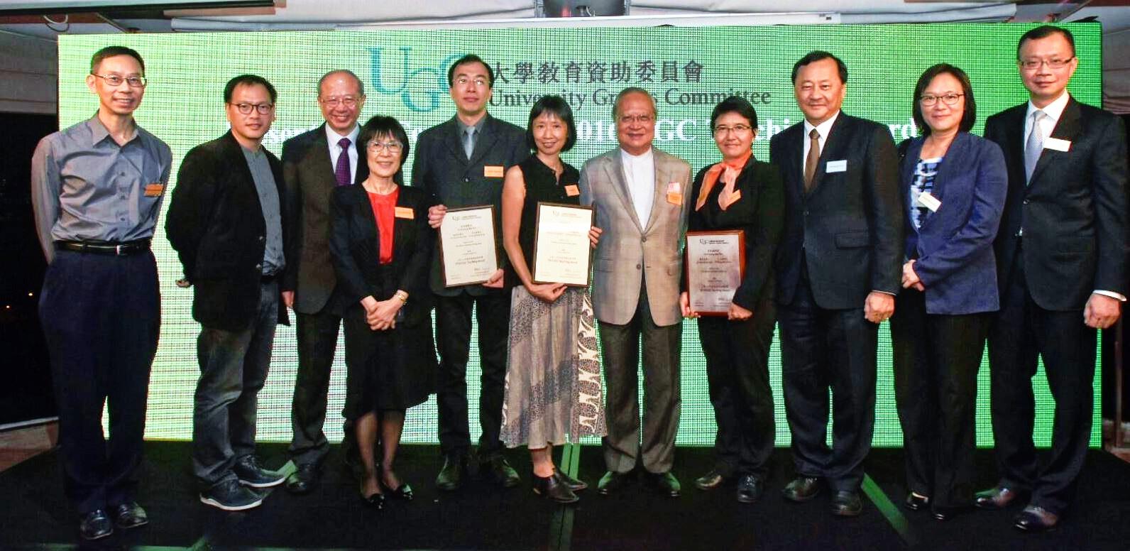 中大校董會主席梁乃鵬博士與大學同人恭賀通識教育課程團隊。