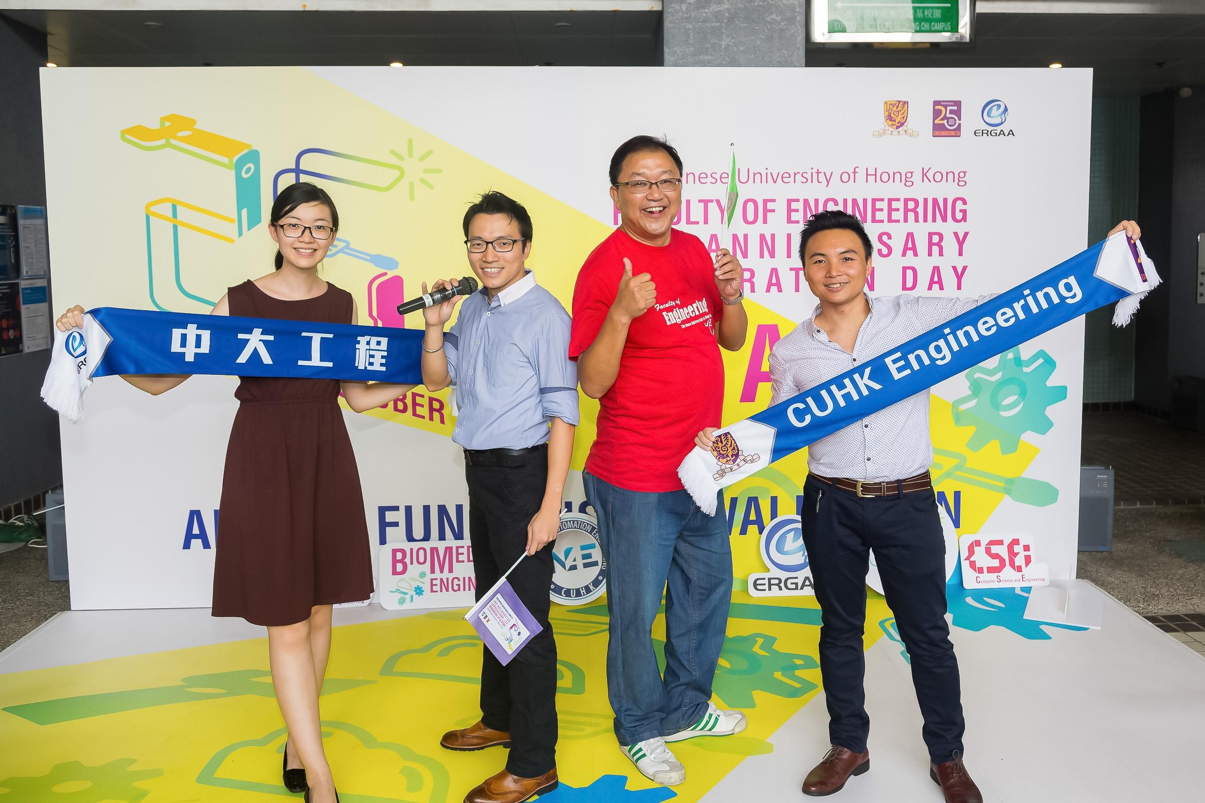 黃錦輝教授與中大工程學院校友會成員展示學院廿五周年紀念巾。