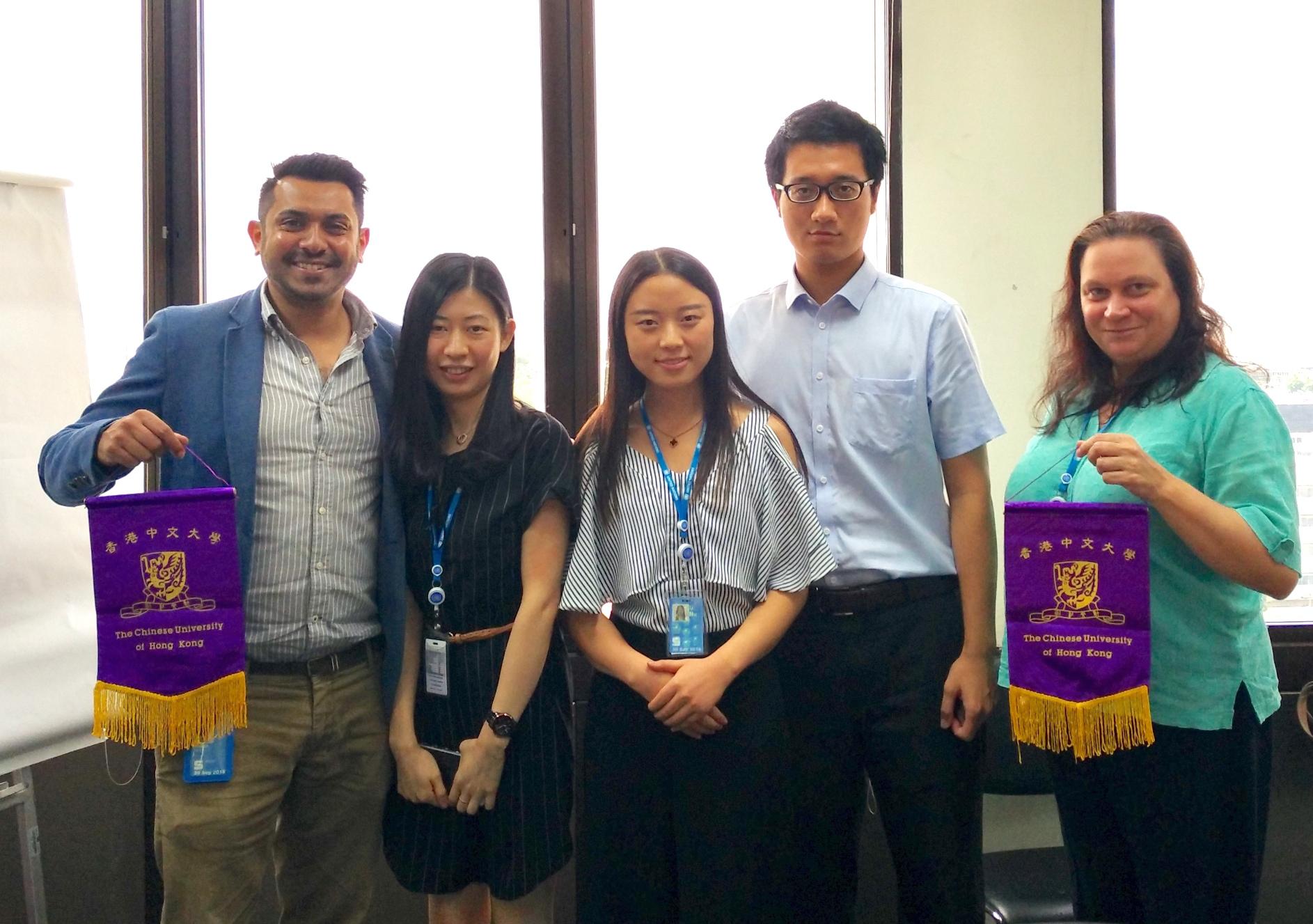 中大實習生致送紀念旗予UNESCAP的實習部門。