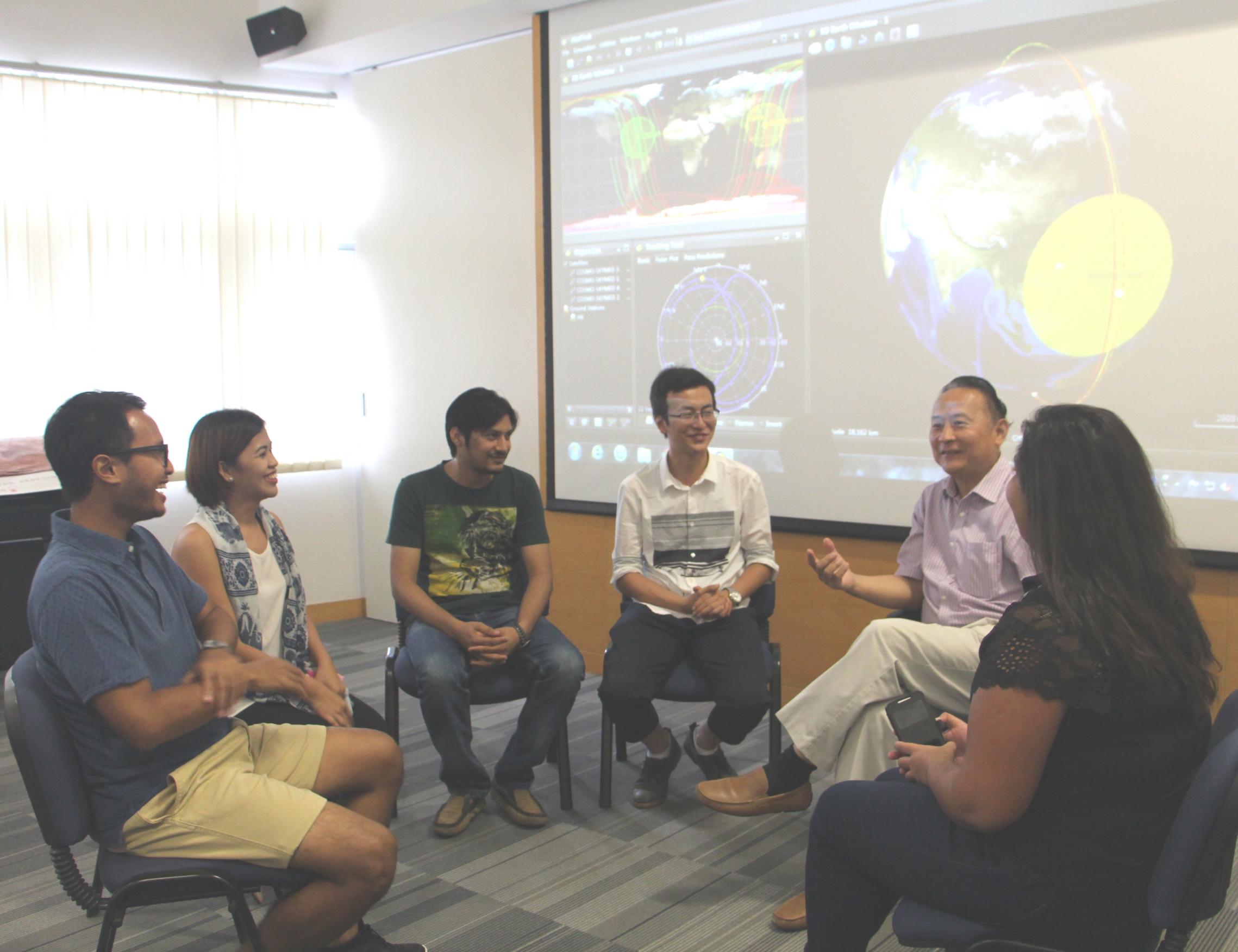 中大太空所所长林珲教授(右二)与获联合国资助到中大进修的国际生谈话。