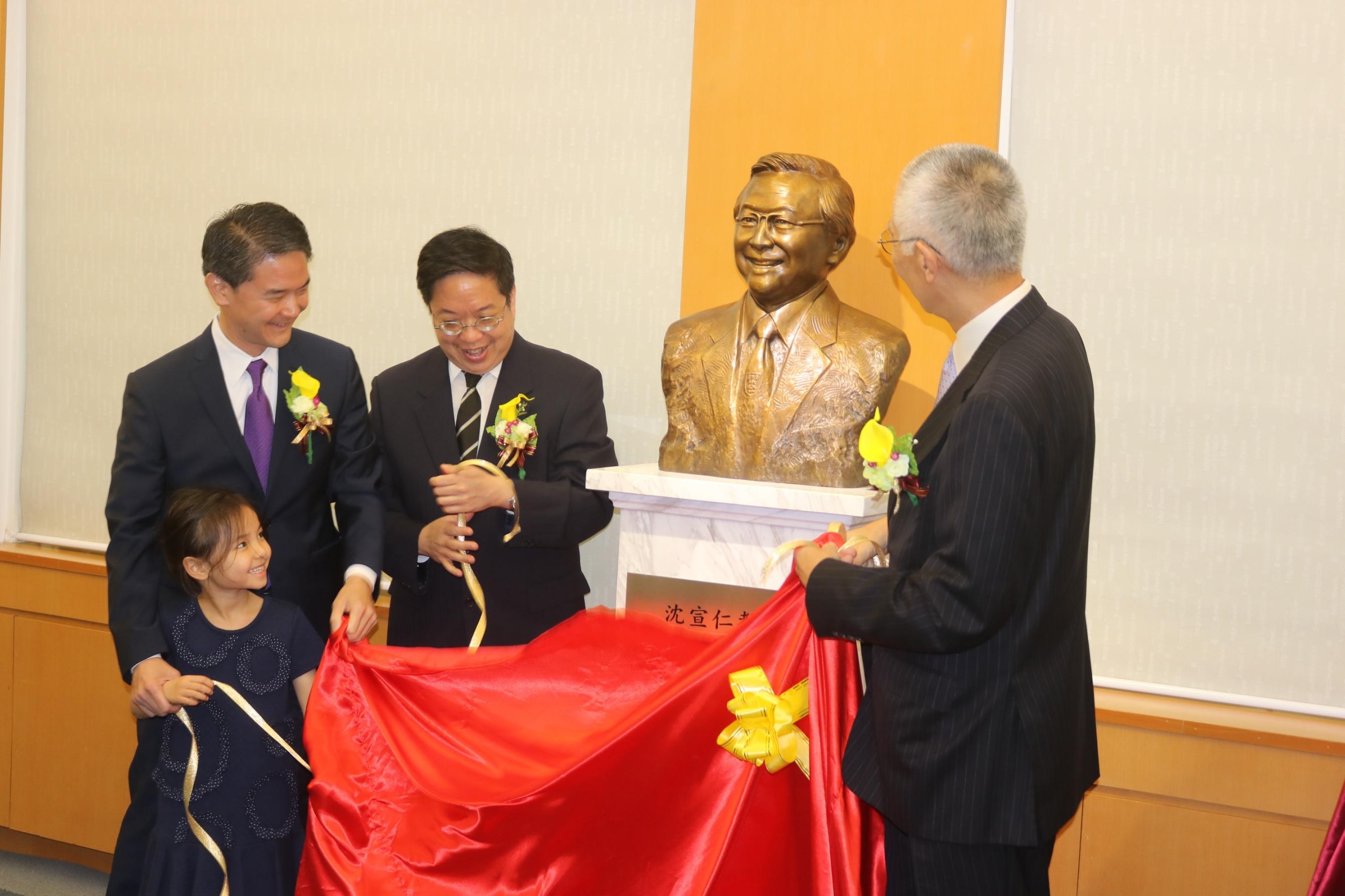 崇基學院校董會主席李國星先生(右一)及沈宣仁教授兒子沈其樂先生(左一)和沈其恕博士(左二)為銅像揭幕。
