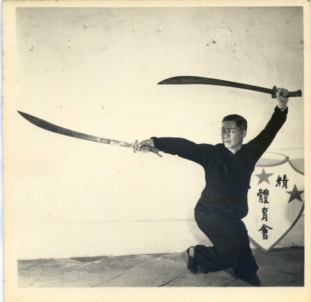 黃漢勛先生之雙刀演式。