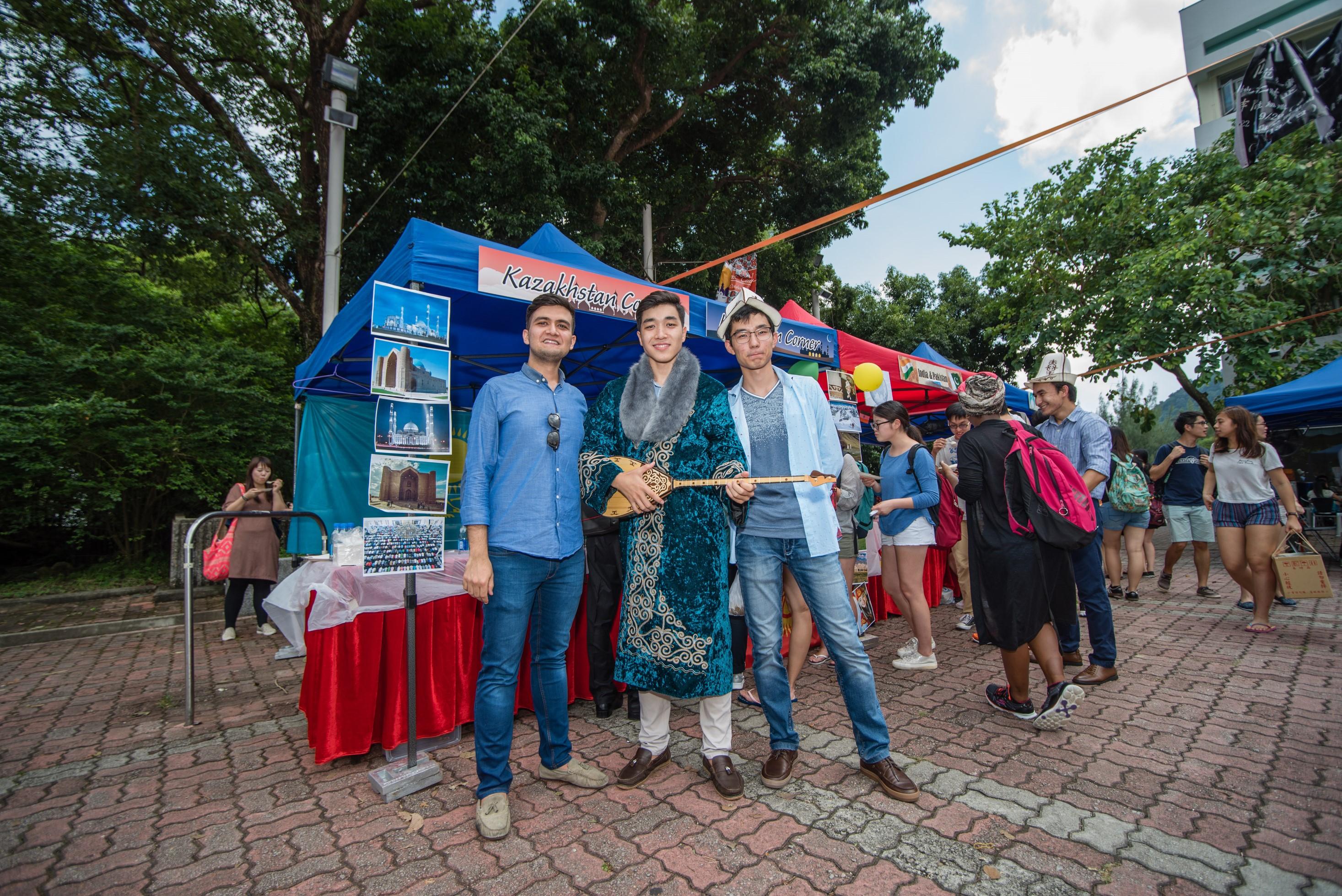 哈萨克斯坦学生身穿民族服装及拿著传统乐器