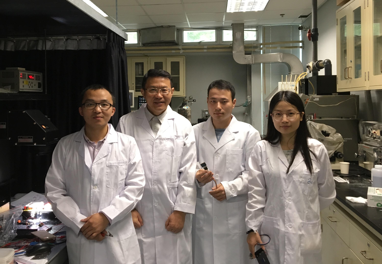 (左起)中大電子工程學系研究團隊 - 嚴克友教授、許建斌教授、博士研究生張天愷及龍明珠。