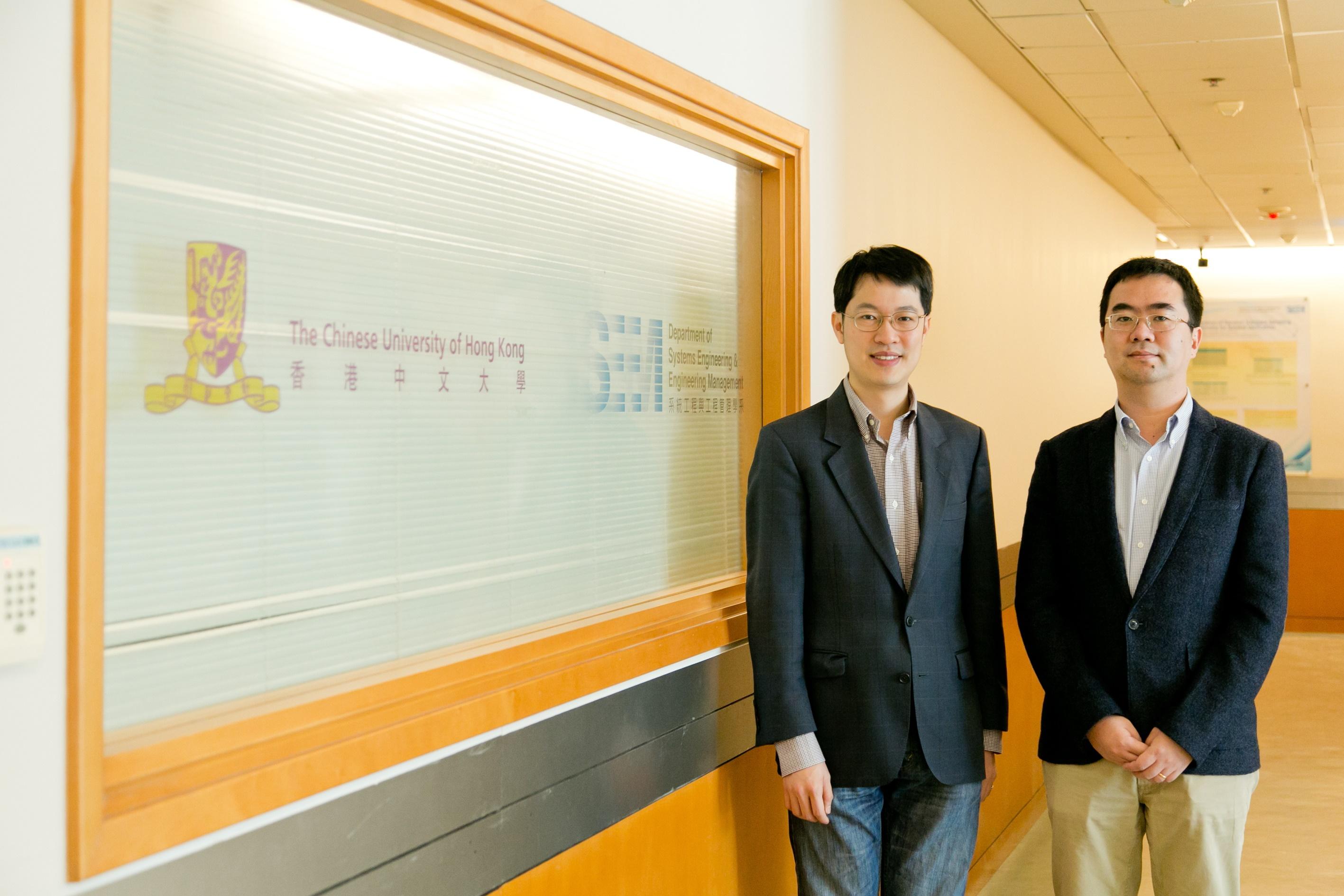 中大工程學院助理院長(學生事務)蘇文藻教授(左)及金融科技課程主任陳南教授。