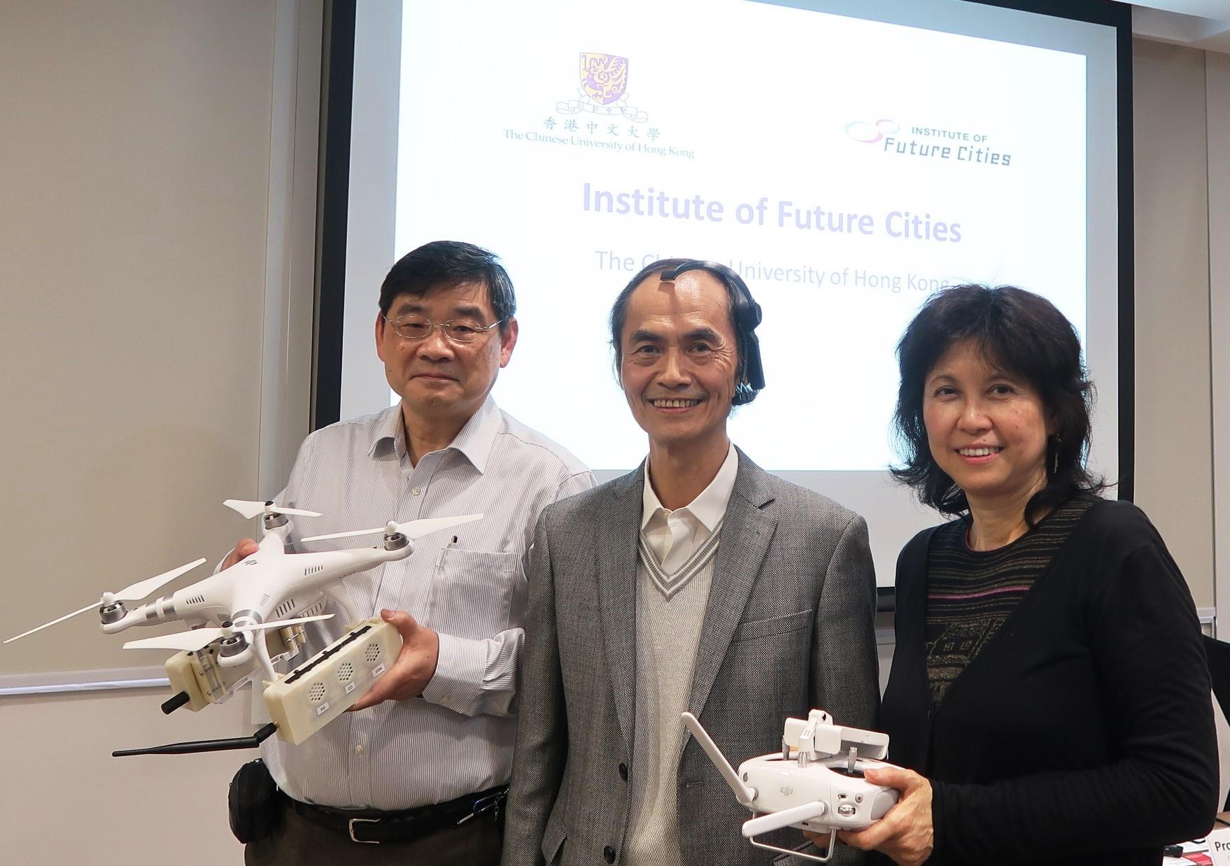 香港中文大學未來城市研究所所長梁怡教授(中)、副所長梁廣錫教授(左)及伍美琴教授(右)