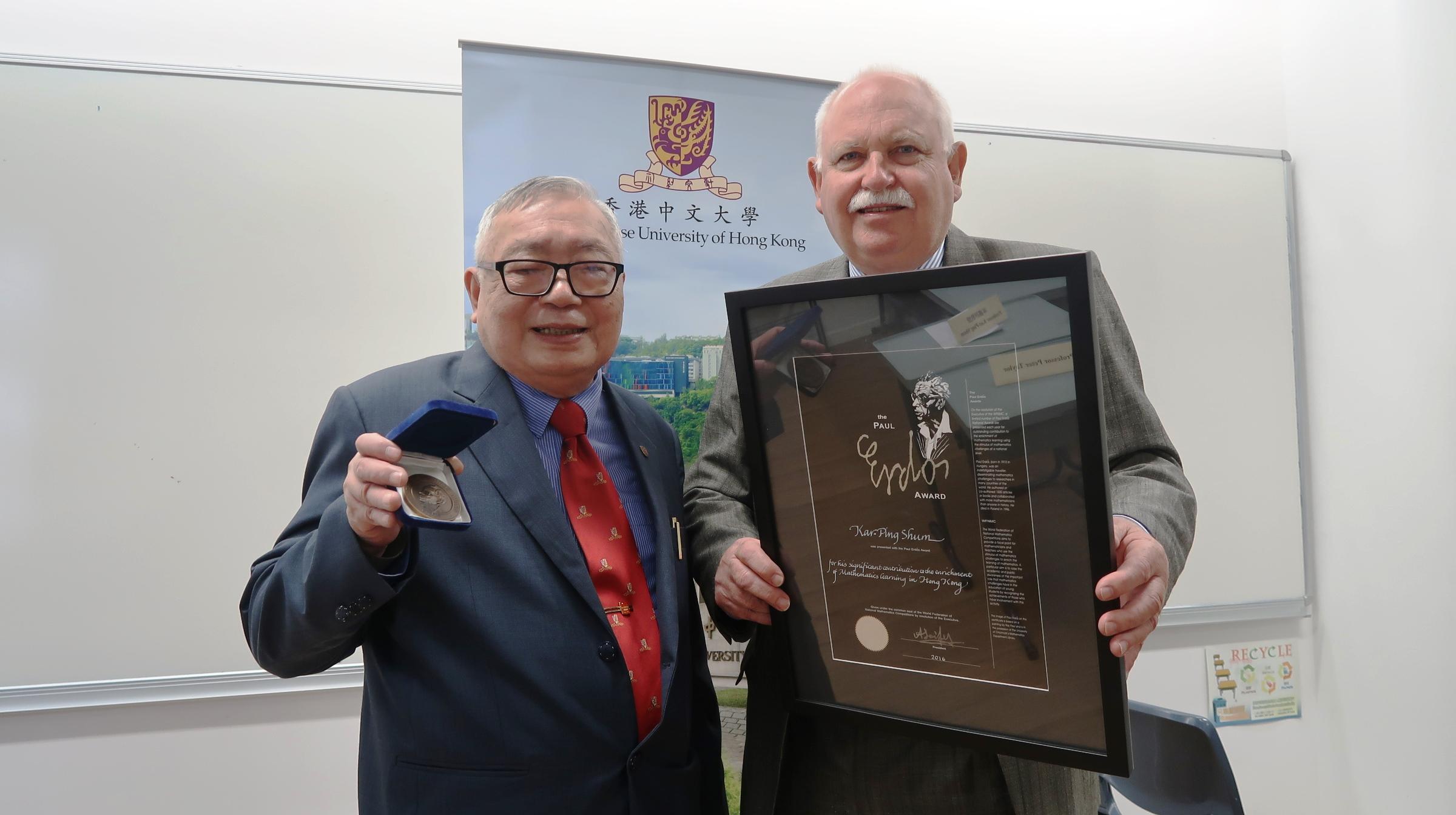 前中大數學講座教授岑嘉評教授(左)及國際數學競賽聯盟執委會成員彼得泰勒教授。