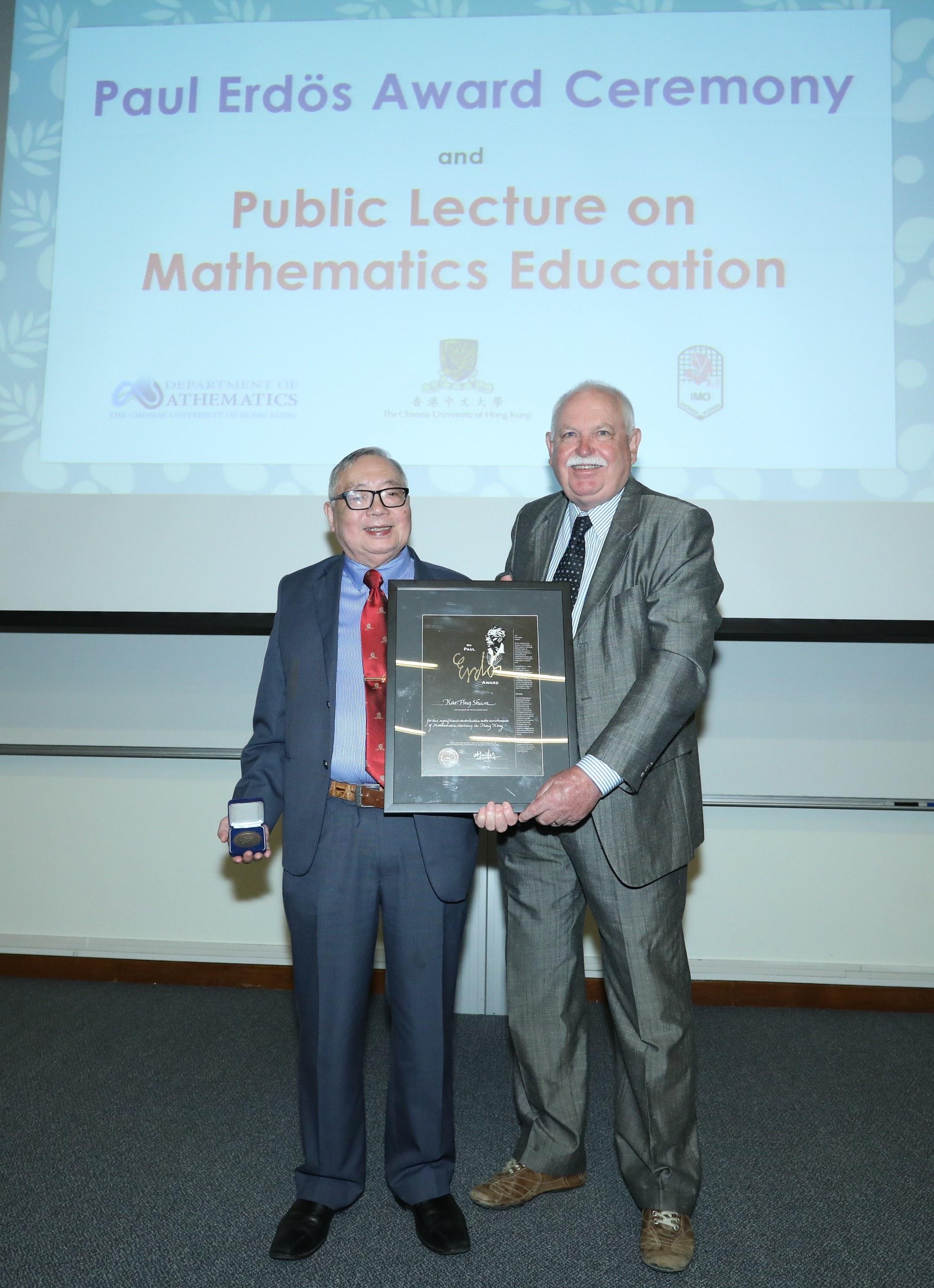 彼得泰勒教授(右)頒授2016年度保羅‧埃爾德斯數學大獎予岑嘉評教授。
