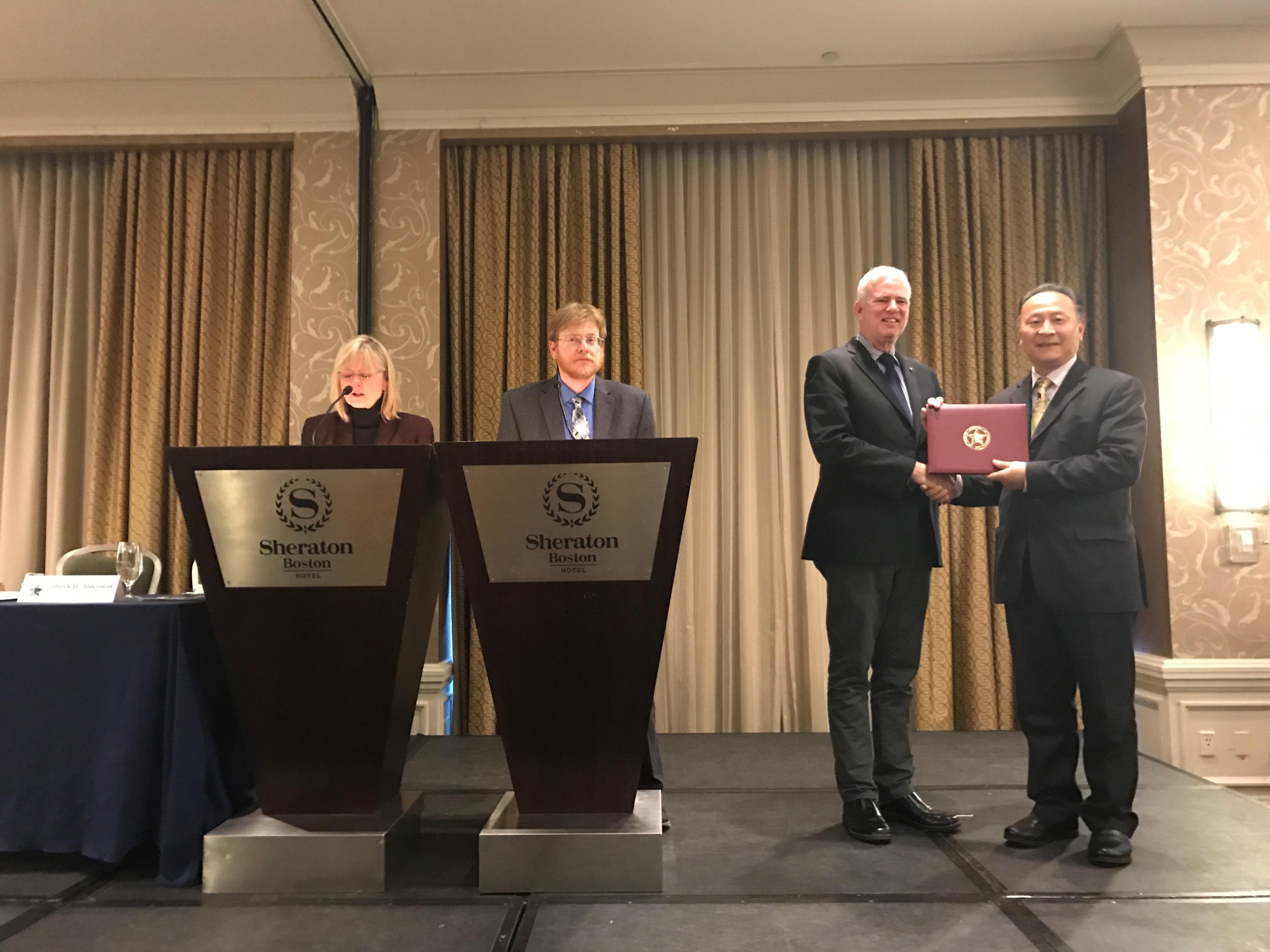 中大地理與資源管理學系陳述彭地球信息科學教授林琿教授(右)獲頒授美國地理學家協會米勒獎。