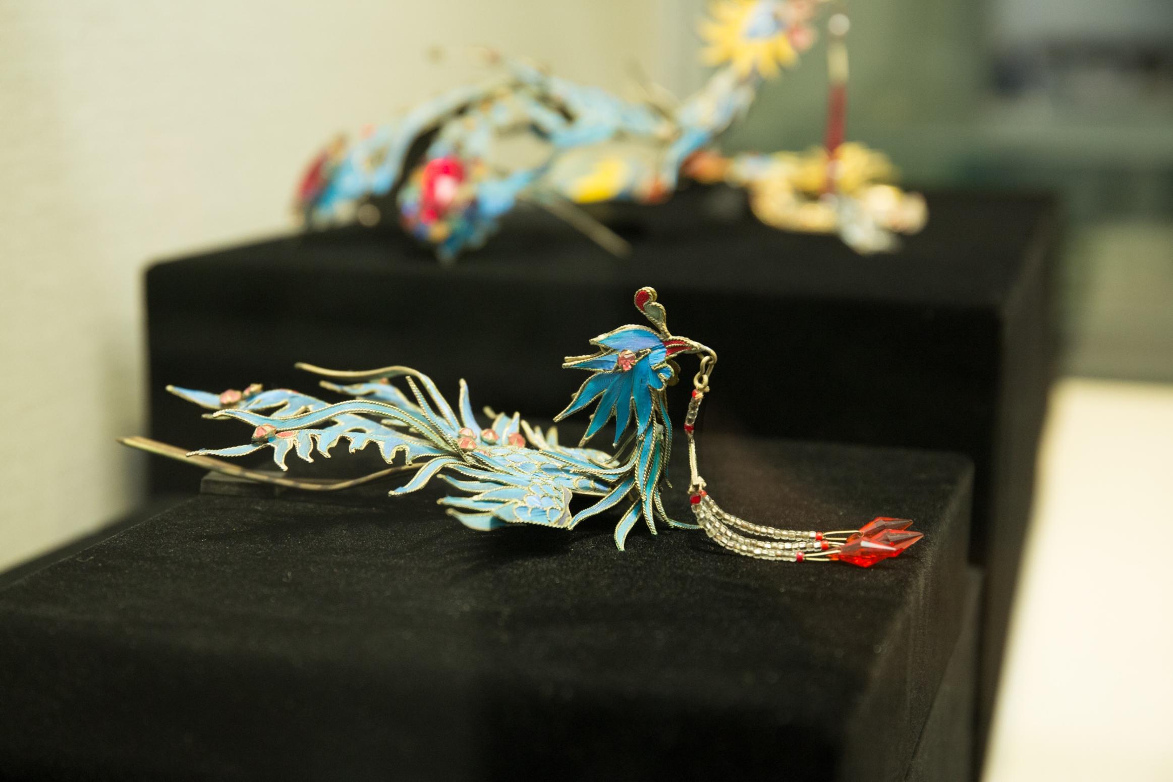 以點翠工藝製作的頭飾。點翠工藝是在金銀寶石首飾裏配上翠鳥羽毛,現已失傳。