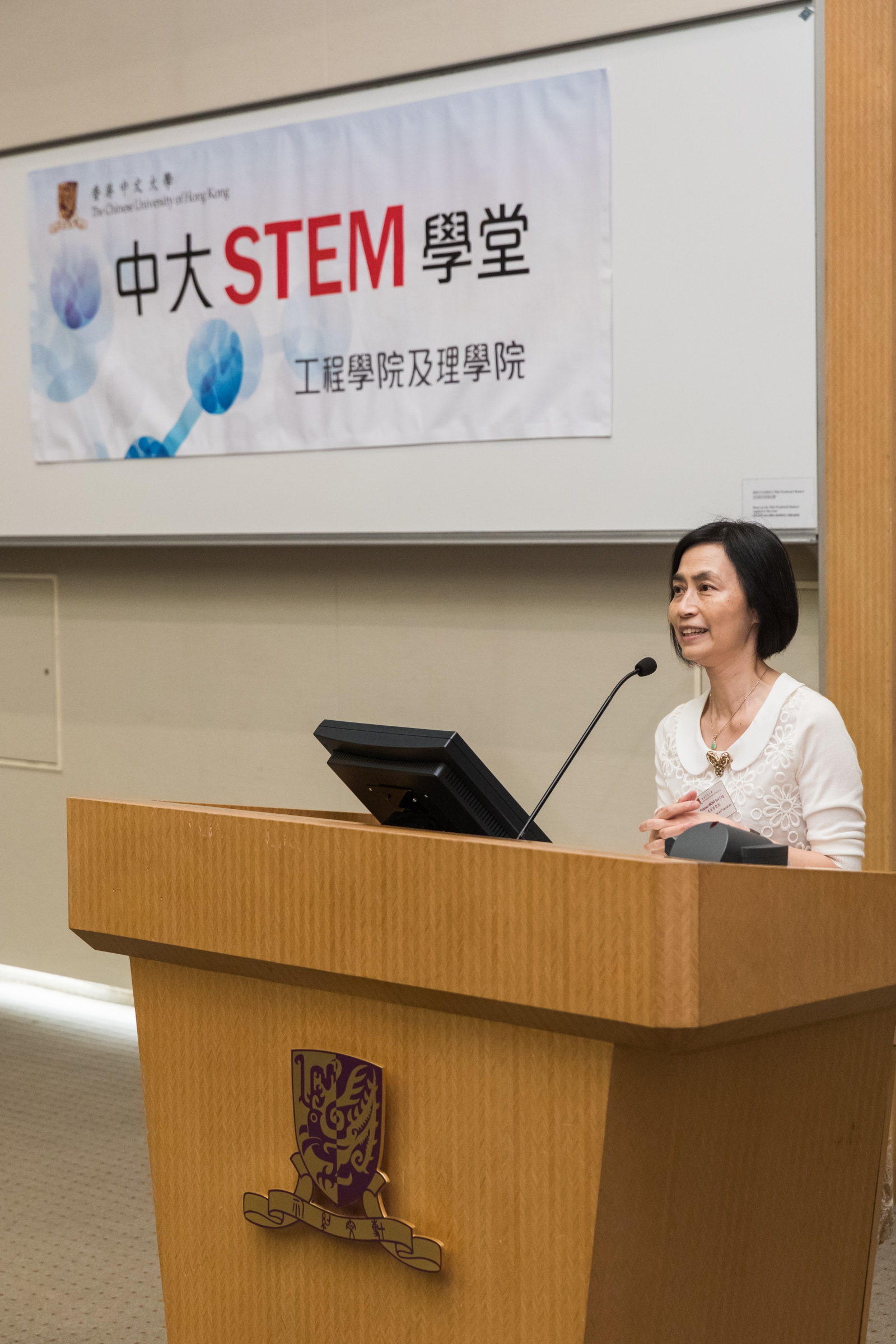 Prof. Wong Suk-ying delivers a speech.