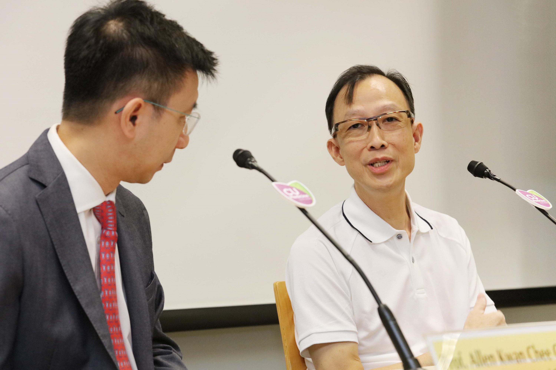 盧先生(右)本身並無鼻咽癌症狀,兩年前參與血漿EB病毒DNA測試後,確診鼻咽癌。他表示有幸及早獲得診治,接受電療後現已康復。