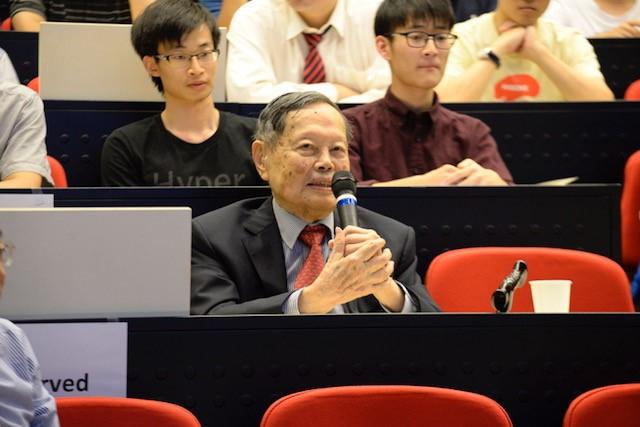 楊振寧教授出席學術座談會並致歡迎辭。