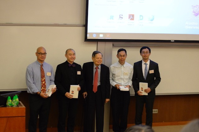四位中大物理學教授在座談會介紹楊教授(中)學術成就和最新物理學發展。