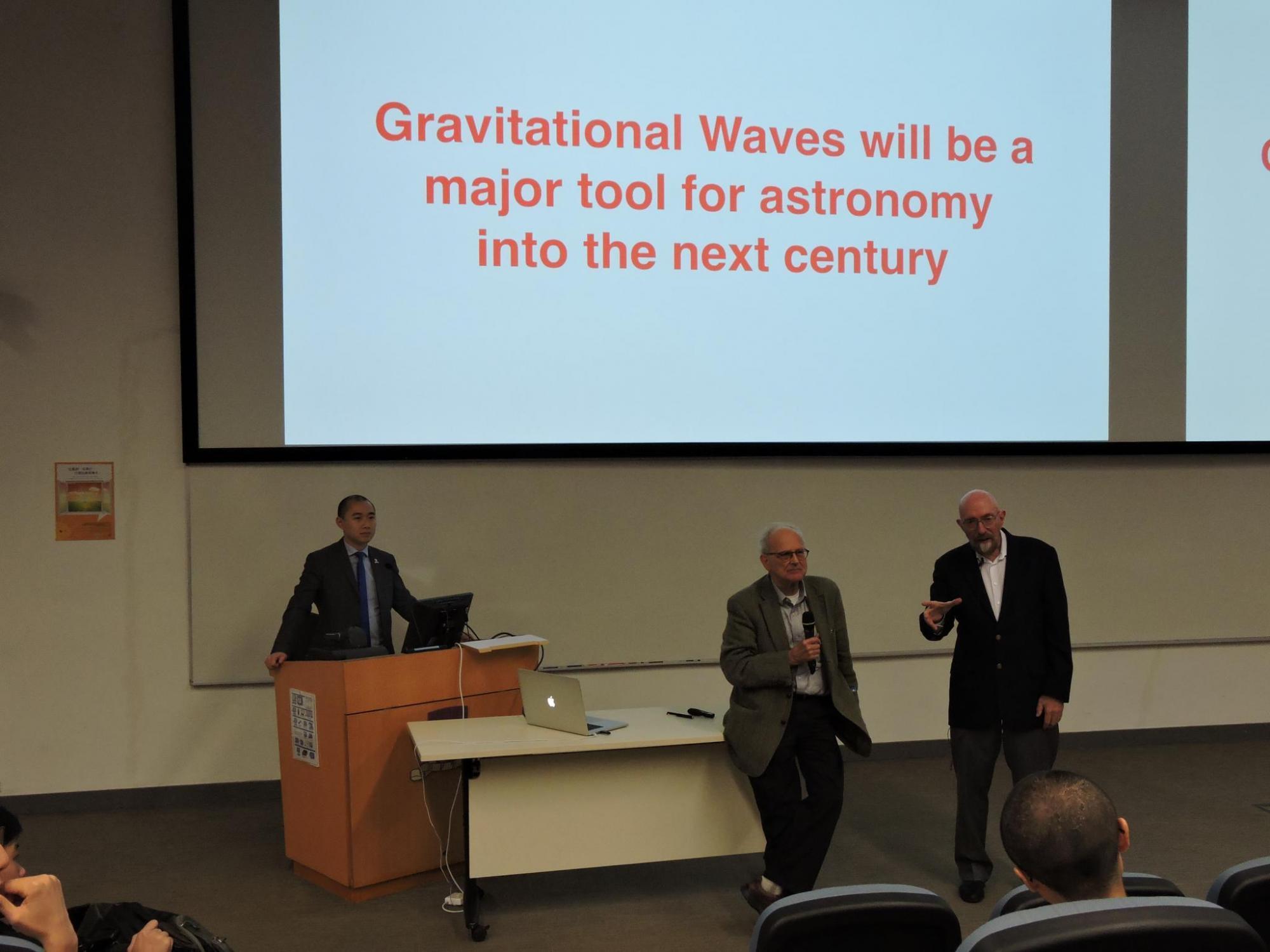 雷納·韋斯教授 (中) 及基普·索恩教授 (右) 於2016年到訪中大,出席由中大物理系助理教授黎冠峰教授 (左)主持的講座,講解重力波的最新研究。