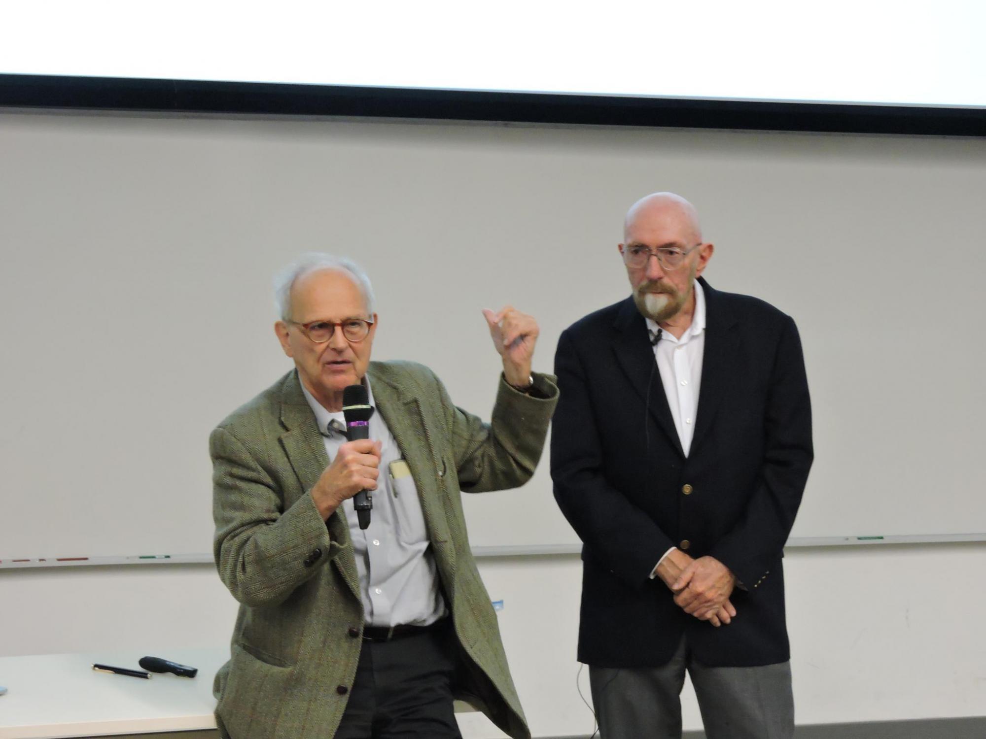 雷納·韋斯教授 (左) 和基普·索恩教授(右) 去年到中大為學生講課。