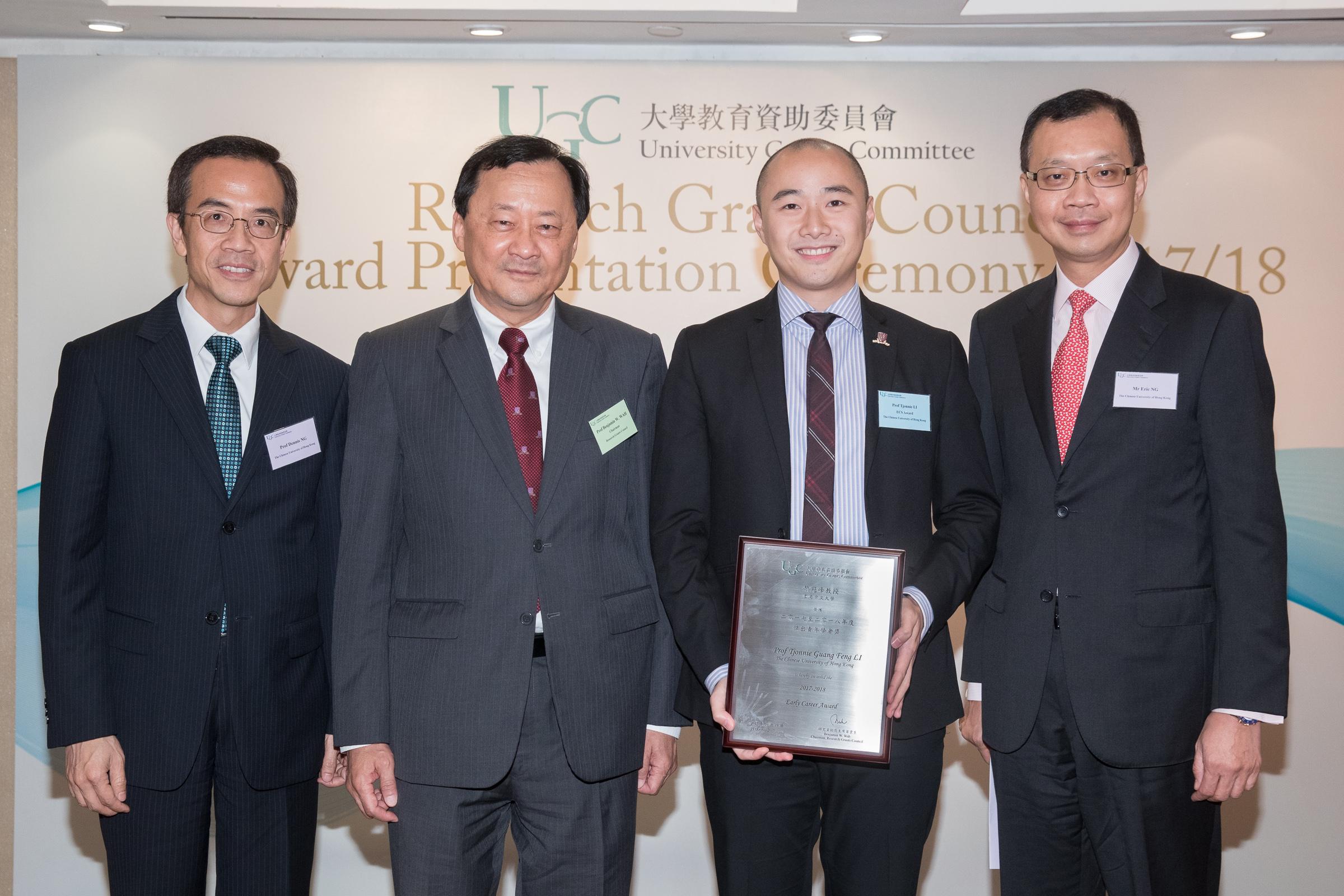 中大常務副校長華雲生教授(左二)偕副校長吳基培教授(左一)和吳樹培先生(右一)祝賀黎冠峰教授獲獎。