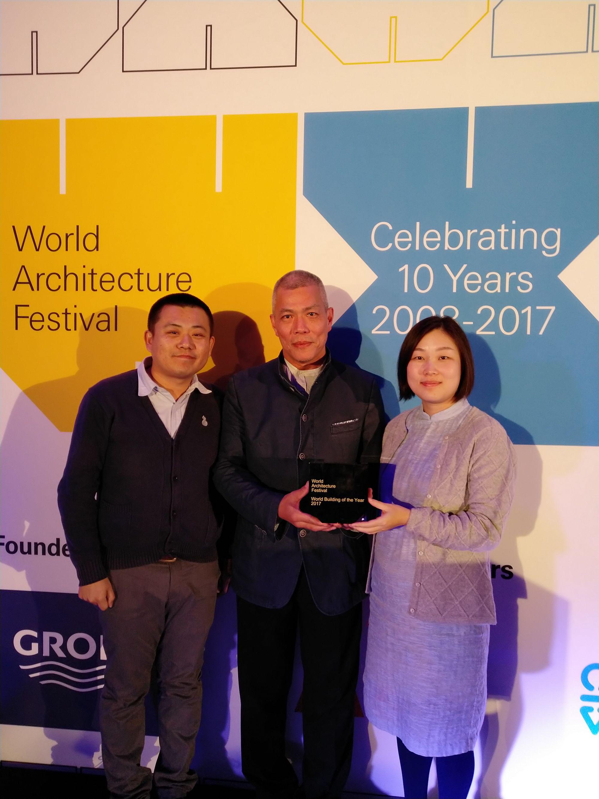 中大團隊奪世界建築節年度建築大獎。(左起)遲辛安先生、吳恩融教授及萬麗博士。