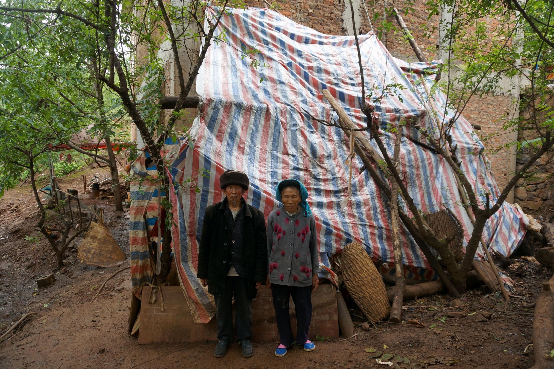 一對年邁夫婦在2014年的魯甸縣地震中失去家園。