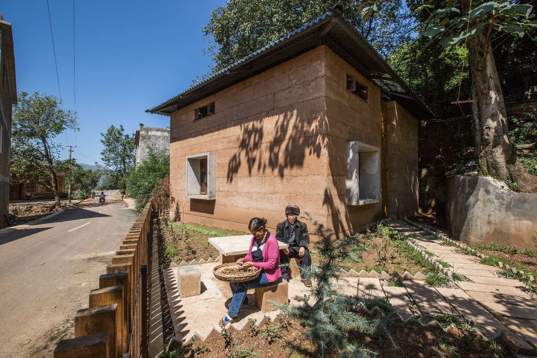 中大團隊為光明村建造新型抗震夯土農宅。