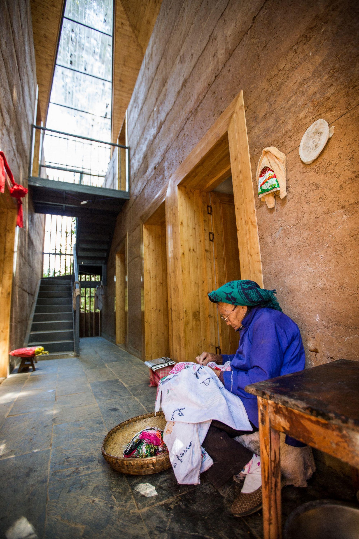 新型抗震夯土農宅設有採光通風良好、舒適美觀的半室外中庭空間。
